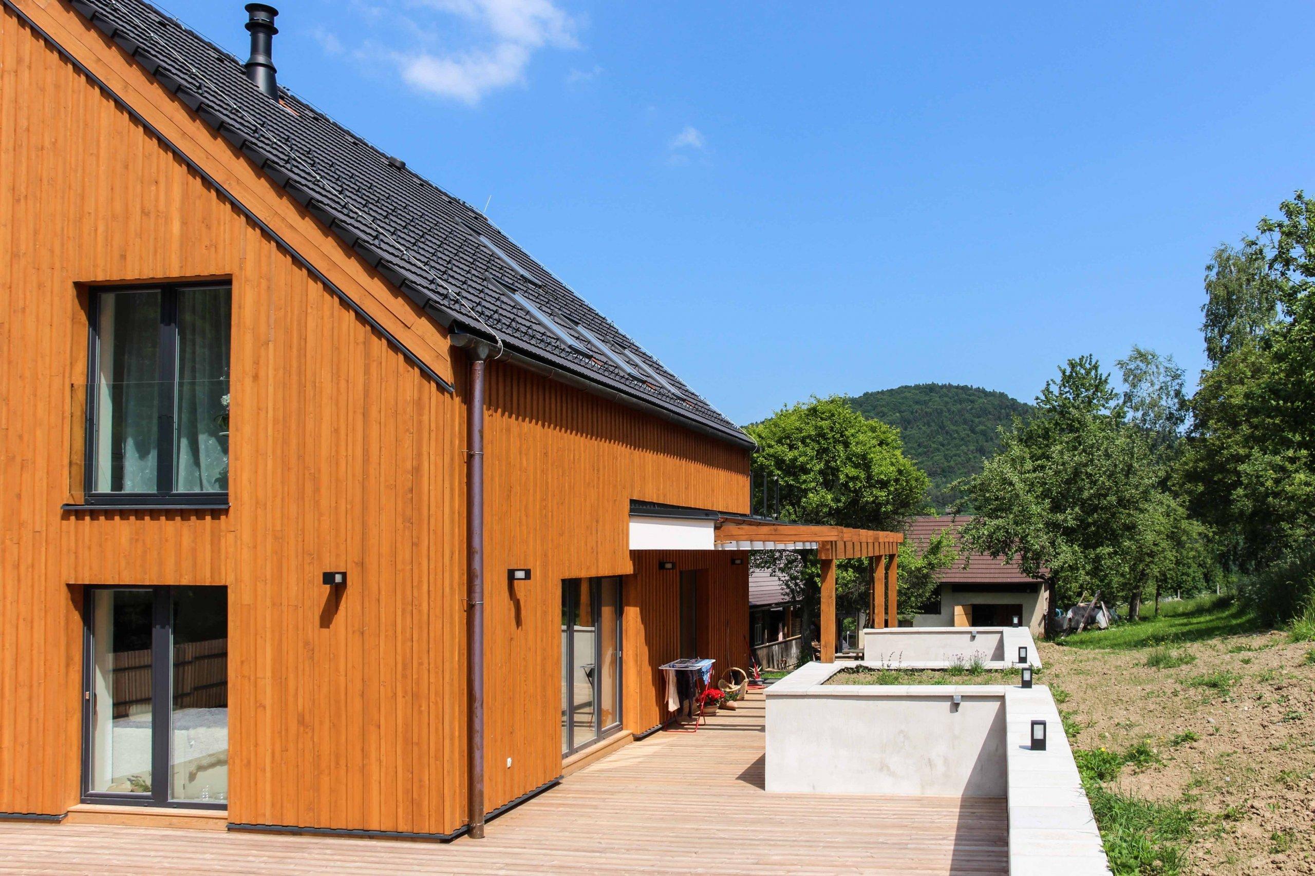 rodinný dom zo 60. rokov sme kompletne zrekonštruovali do novej súčasnej architektúry. budova sa nachádza na vidieku v horách. drevený obklad bol kľúčovým…