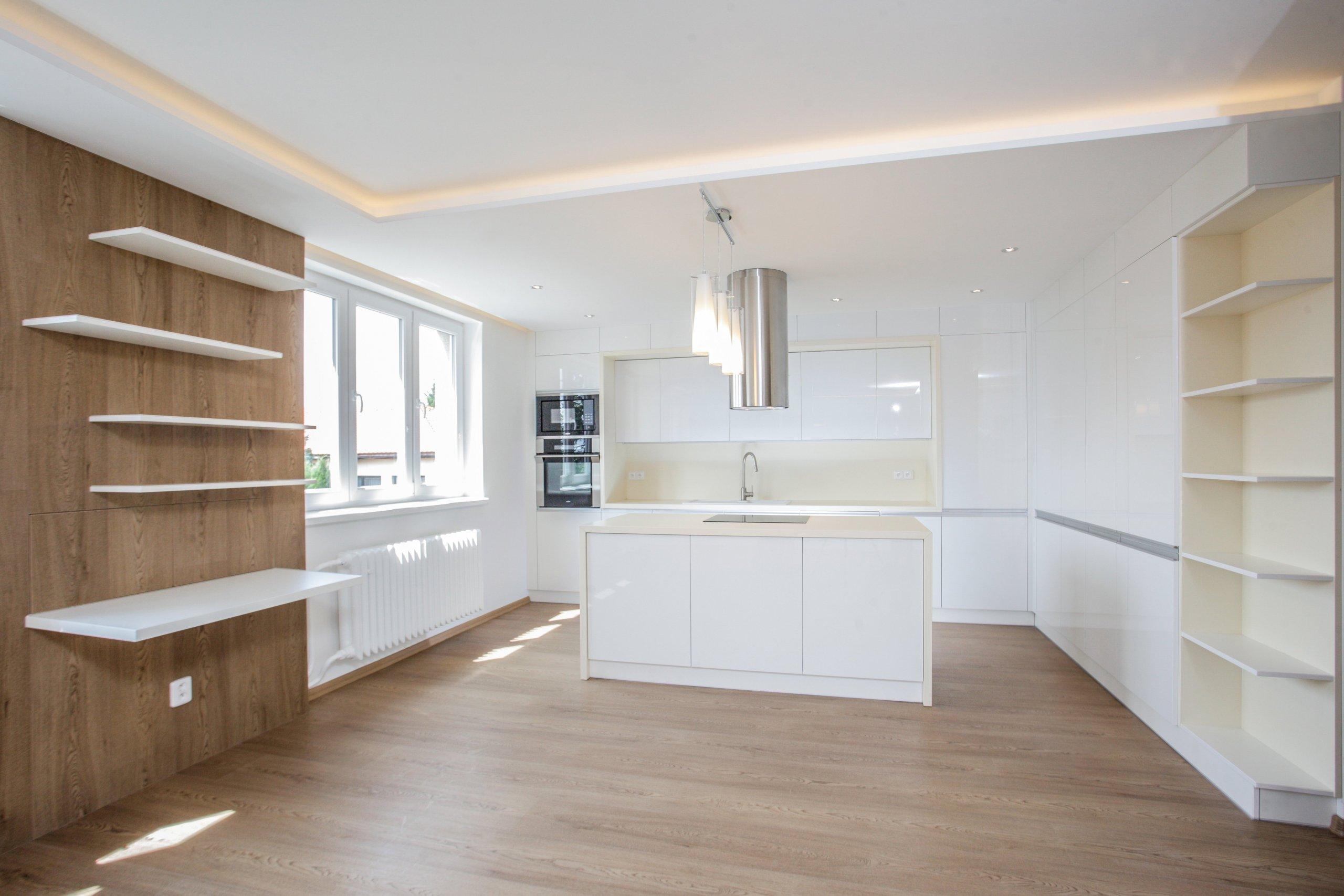 Kompletní rekonstrukce obývacího prostoru s kuchyní bytu v Libiši. Stávající prostor byl pro klienta nevyhovující nejen z estetického hlediska, ale bylo také…
