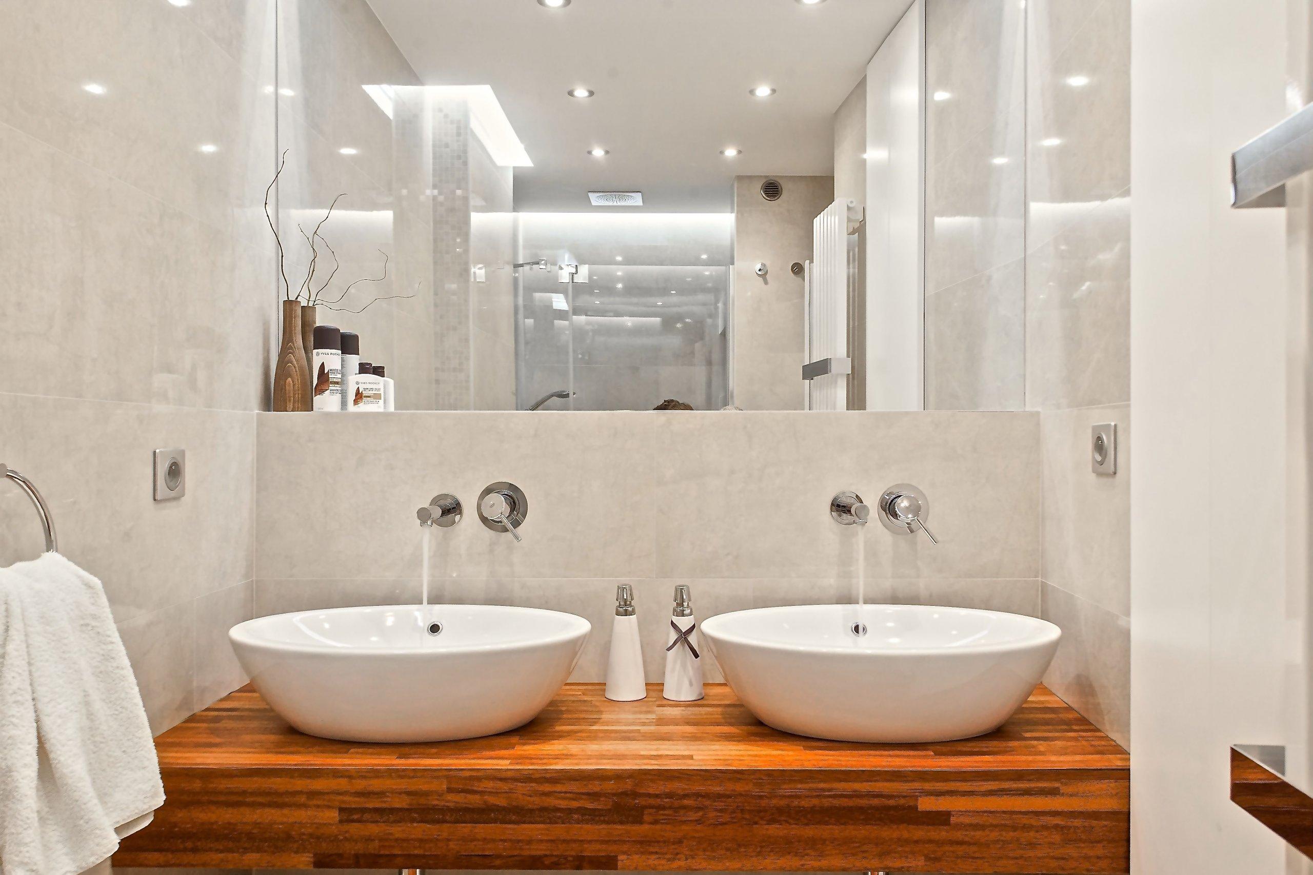 Rekonstrukce hygienického zázemí v tradičním vihohradském bytě měla zásadně zlepšit komfort jeho užívání. Ze stávající nevyhovující koupelny, odděleného WC a…