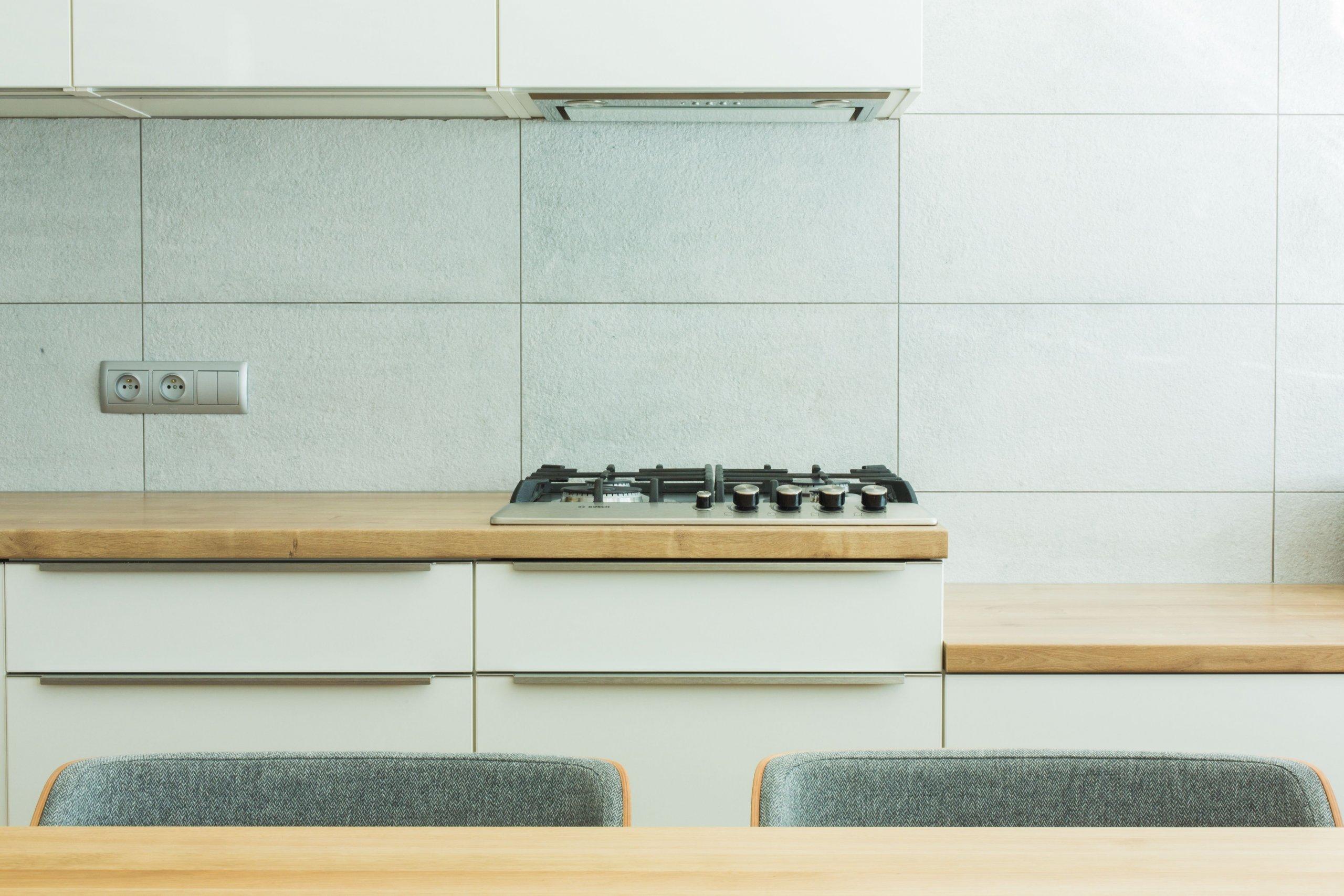 Panelákovému bytu hodně prospělo zbourání příčky mezi kuchyní a obývákem. Prostor se tak pěkně otevřel a já klientce pomohla navrhnout jak praktickou kuchyň,…