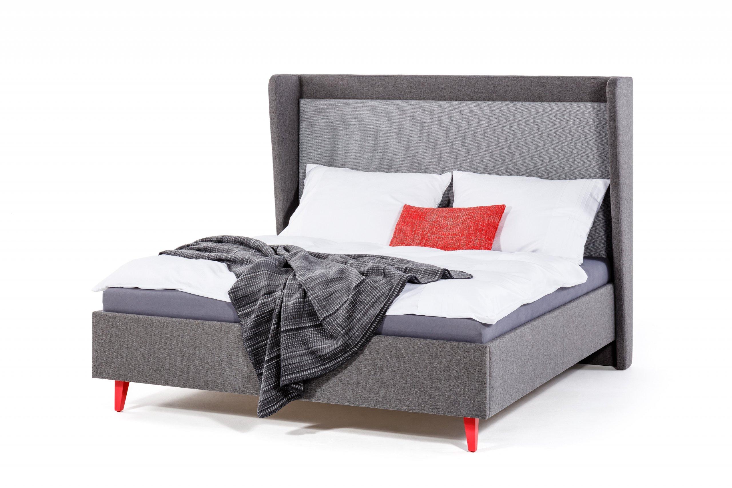 Zadní čelo působí trojrozměrně, oproti ostatním postelím má i boky, které jsou zkosené a obepínají rám postele. Do čela postele je vsunuta očalouněná deska v…