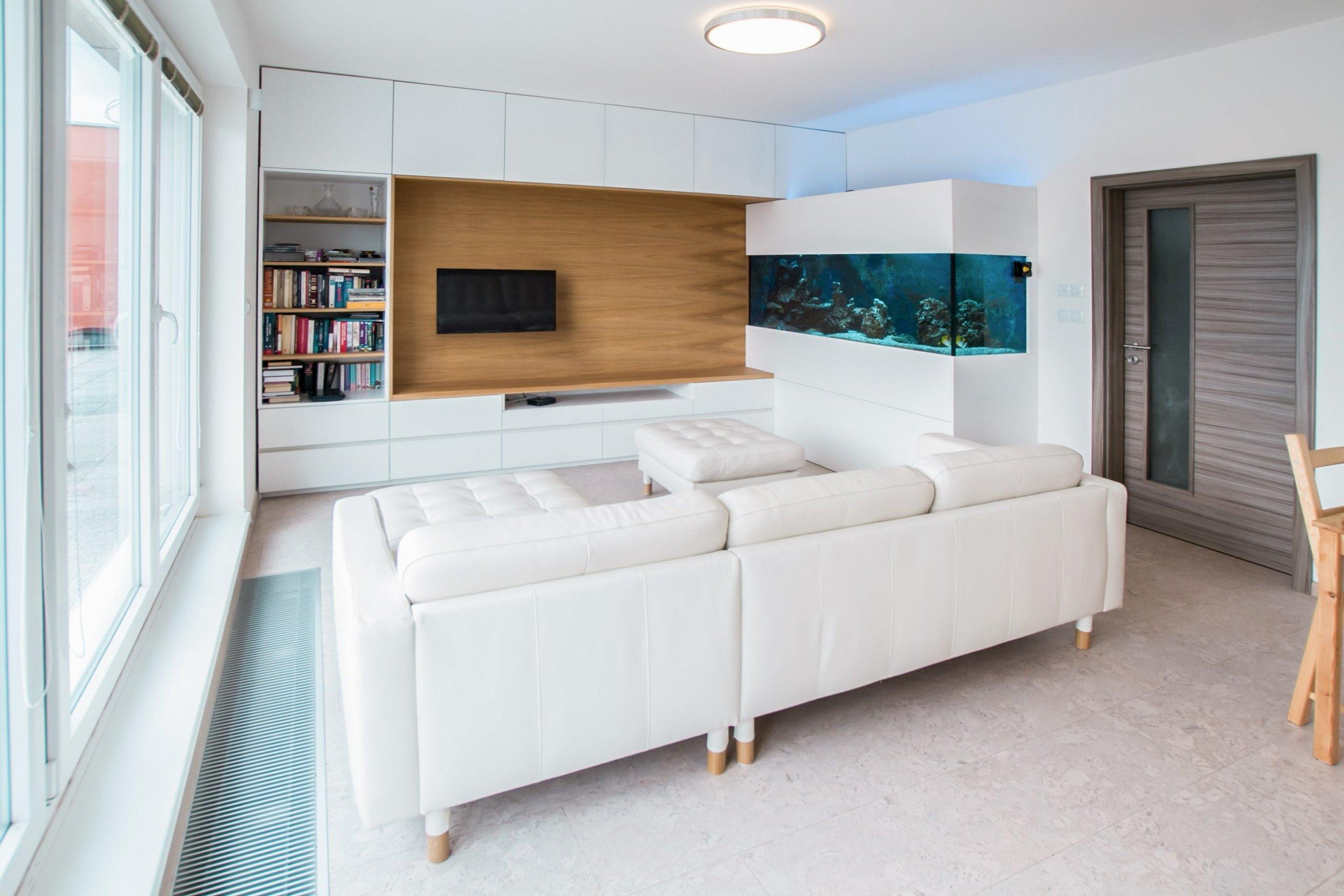Interiér bytu s akváriem pro mladou rodinku se nese ve znamení přírodních materiálů. Dubový a bílý dekor nábytku spolu s korkovou podlahou působí hřejivě. Do…