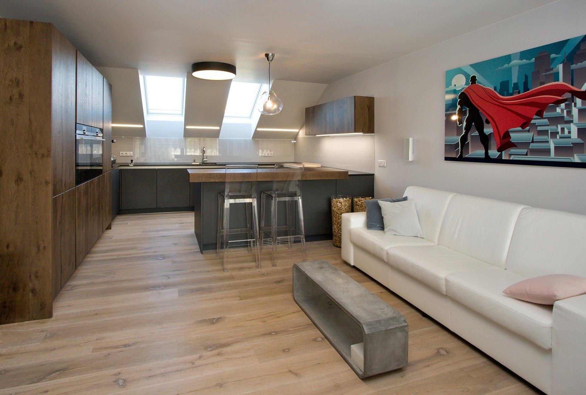 Kuchyň BEECK KÜCHEN a realizace interiéru bytu. Provedení kuchyně: vysoké a horní skříně dýha dub drásaný Finess Risseiche A6550 H121 Tabak, spodní skříně…