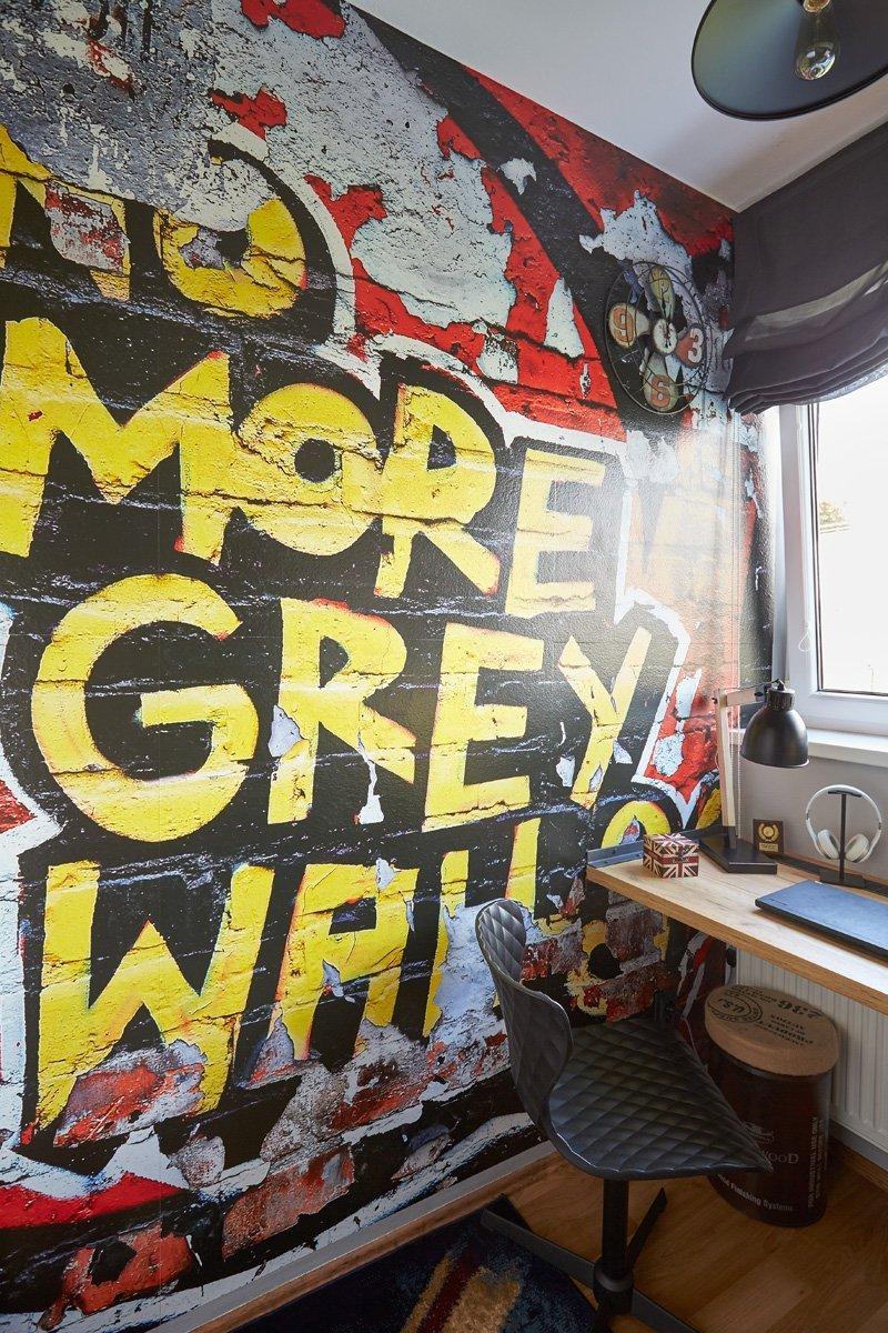 Neustále opakující se otázka, co vlastně dáme na tu nudnou šedou stěnu naproti posteli, mě inspirovala k pořízení výrazné fototapety s důraznou odpovědí: NO MORE GREY WALLS!