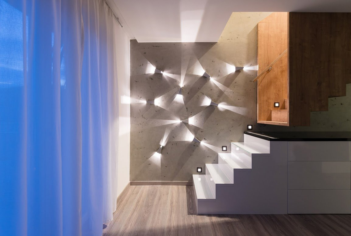 Exkluzívny aštýlový interiér bytu v nadstavbe bytového domu na Kadnárovej ulici v Bratislave. Povrch nábytku vo vysokom lesku, pohľadový betón a&nbsp…