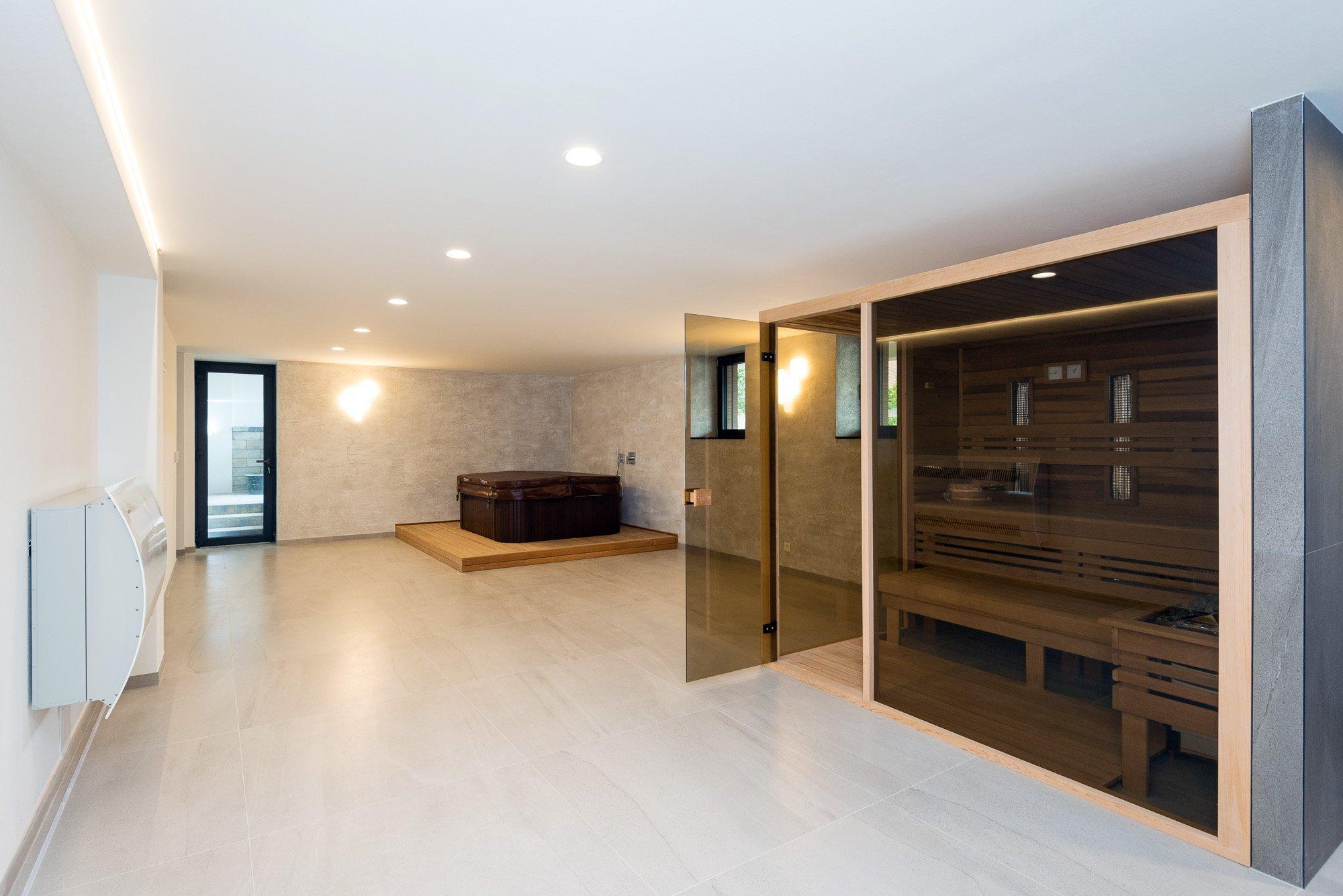 Elegantný a moderný interiér rodinného domu realizovaný pomocou prírodných materiálov v kombinácii s umelým kameňom a lamino povrchom.