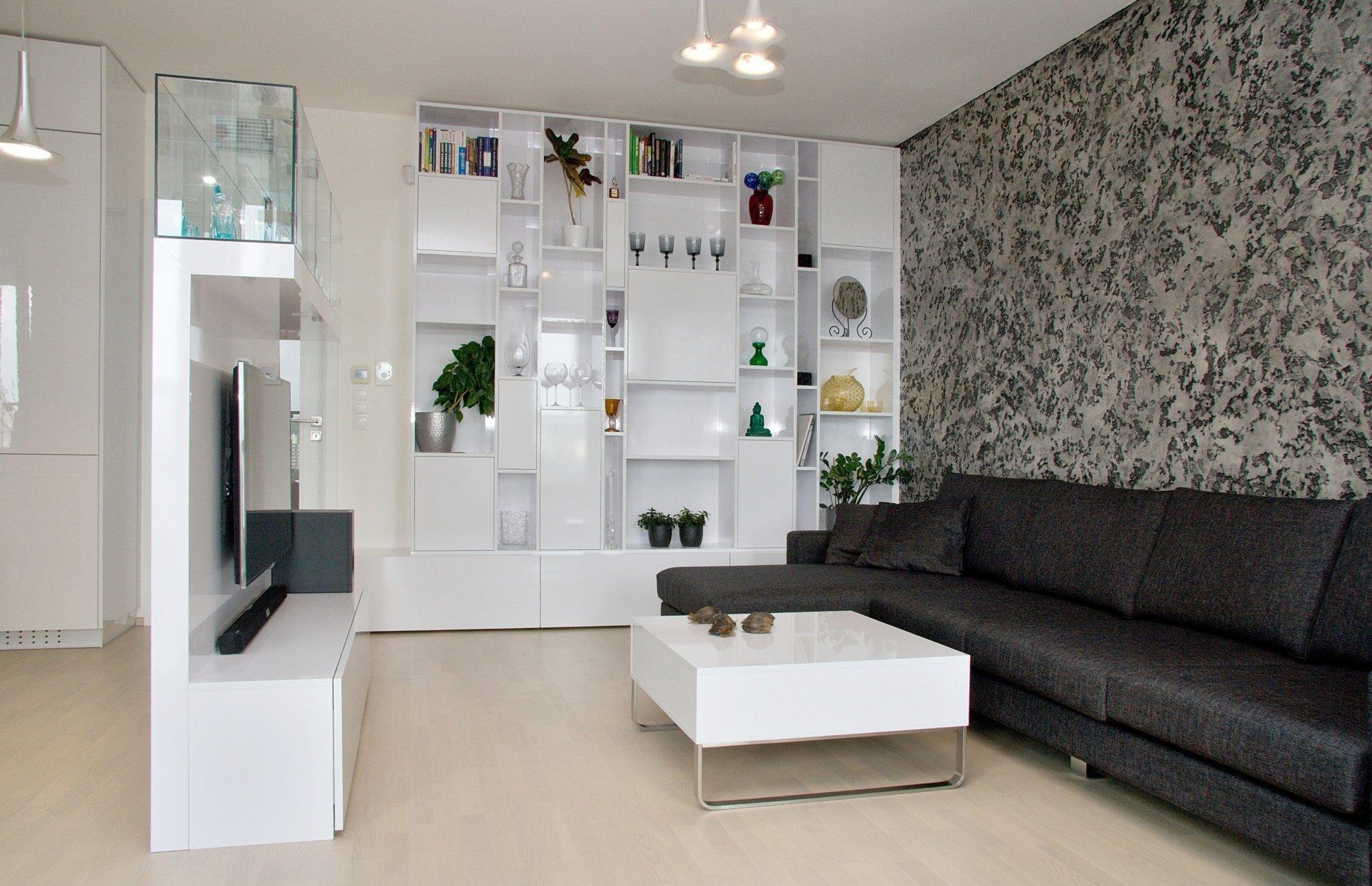 Kuchyň BEECK a realizace interiéru bytu. Provedení kuchyně je lesklý lak s PP hranami Colora. Pracovní deska je žula Nero assoluto vpovrchu Antik, místo…