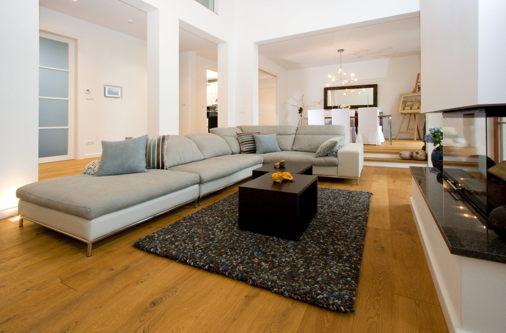 Kuchyň BEECK a vybavení interiéru rodinného domu. Provedení kuchyně je polygloss XENO 3062 X127 Arctic white, bezúchytkový systém nerez, doplňky Blanco,…
