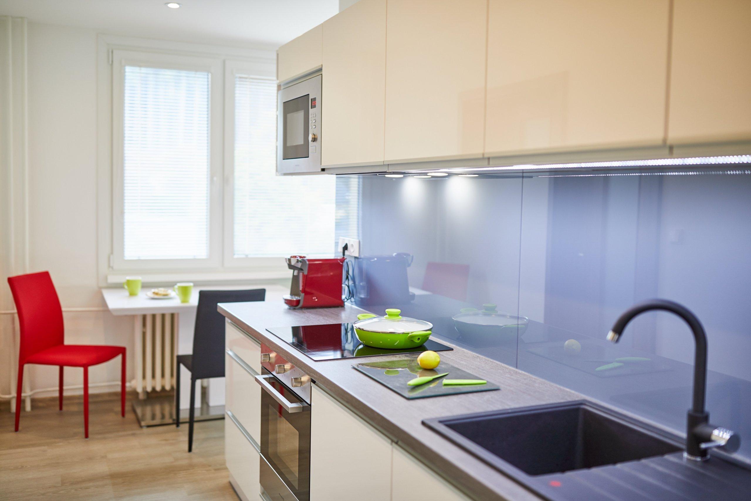 Klient Honza už dlouho plánoval rekonstrukci bytového jádra. Nebyl si jistý dispozicí koupelny a výběrem materiálů a barev, protooslovil designérku Dášu…