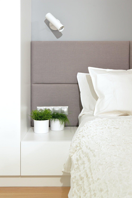 ložnice - detailní pohled na čelo postele s nočním stolkem