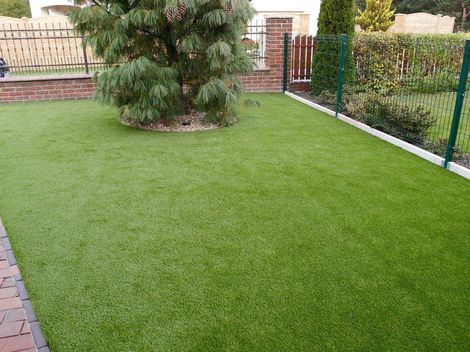 Instalace umělého trávníku Royal Grass SILK 35 na předzahrádce rodinného domu.
