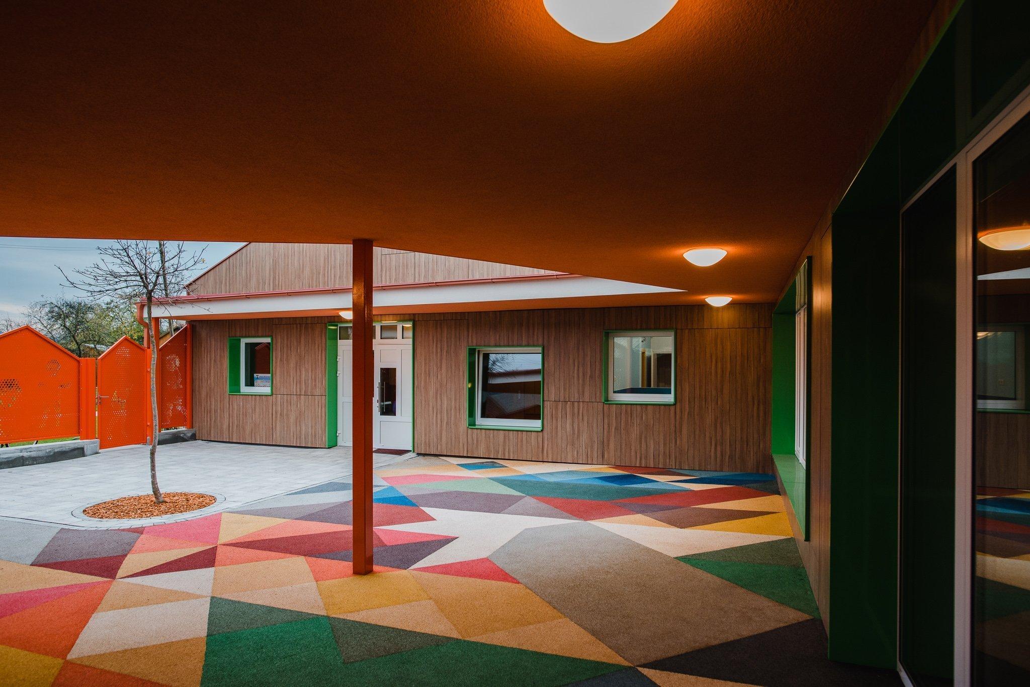 Máme veľkú radosť, že projekt novostavby detských jaslí v obci Predmier, okres Bytča dosiahol svoju reálnu podobu. Nahliadnite do čistých a útulných priestorov…