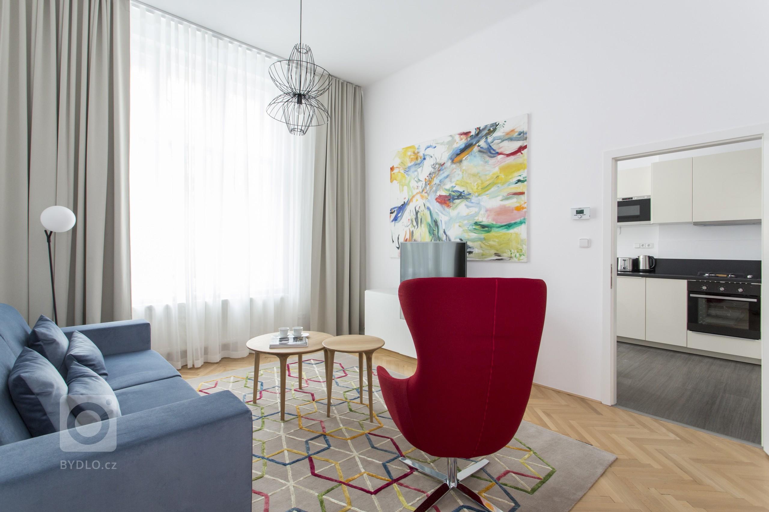 Při pohledu na interiér bytu 1+1 v Bílkově ulici neunikne pozornosti výrazná barevnost vybavení. Intenzivní barvy potahových materiálů v kombinaci s bílým a…