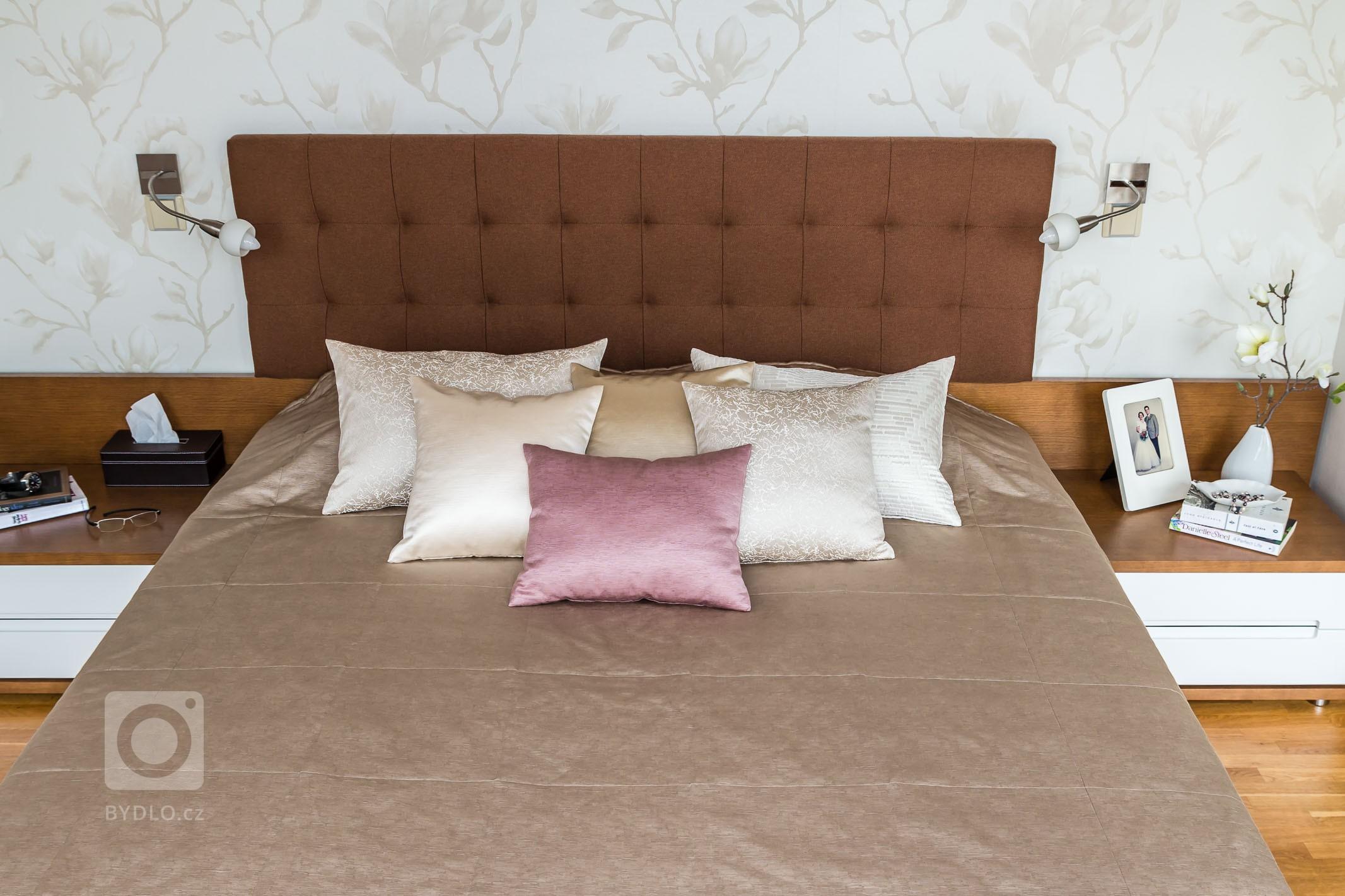 Jako inspirace pro tuto ložnici posloužil obraz magnolie, který si majitelka přála do ložnice zakomponovat. Díky němu jsme zvolili nádhernou romantickou tapetu…