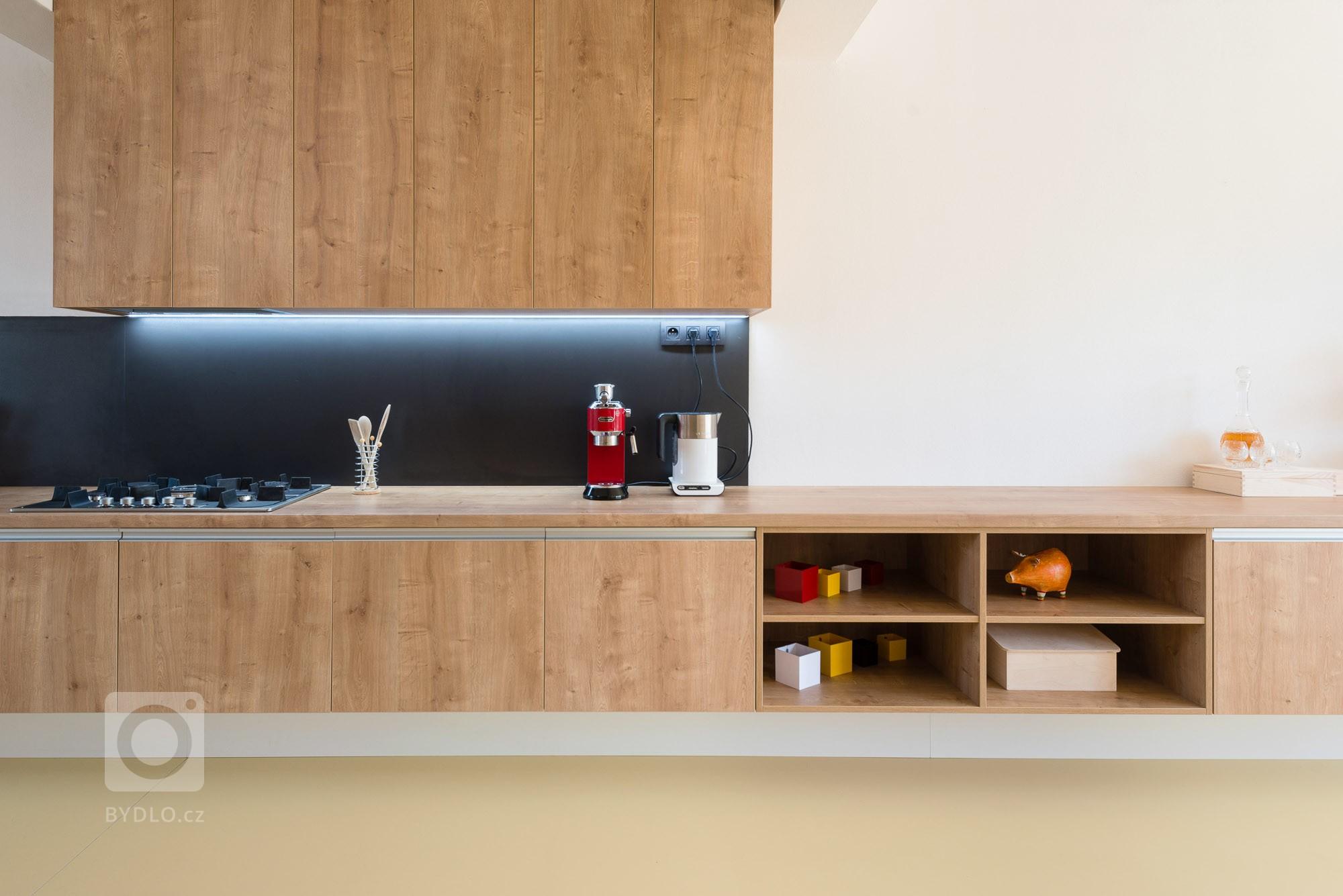 Moderná a zároveň funkčná kuchynská linka, ktorá plynulo prechádza do obývacej zostavy pozdĺž celého interiéru.