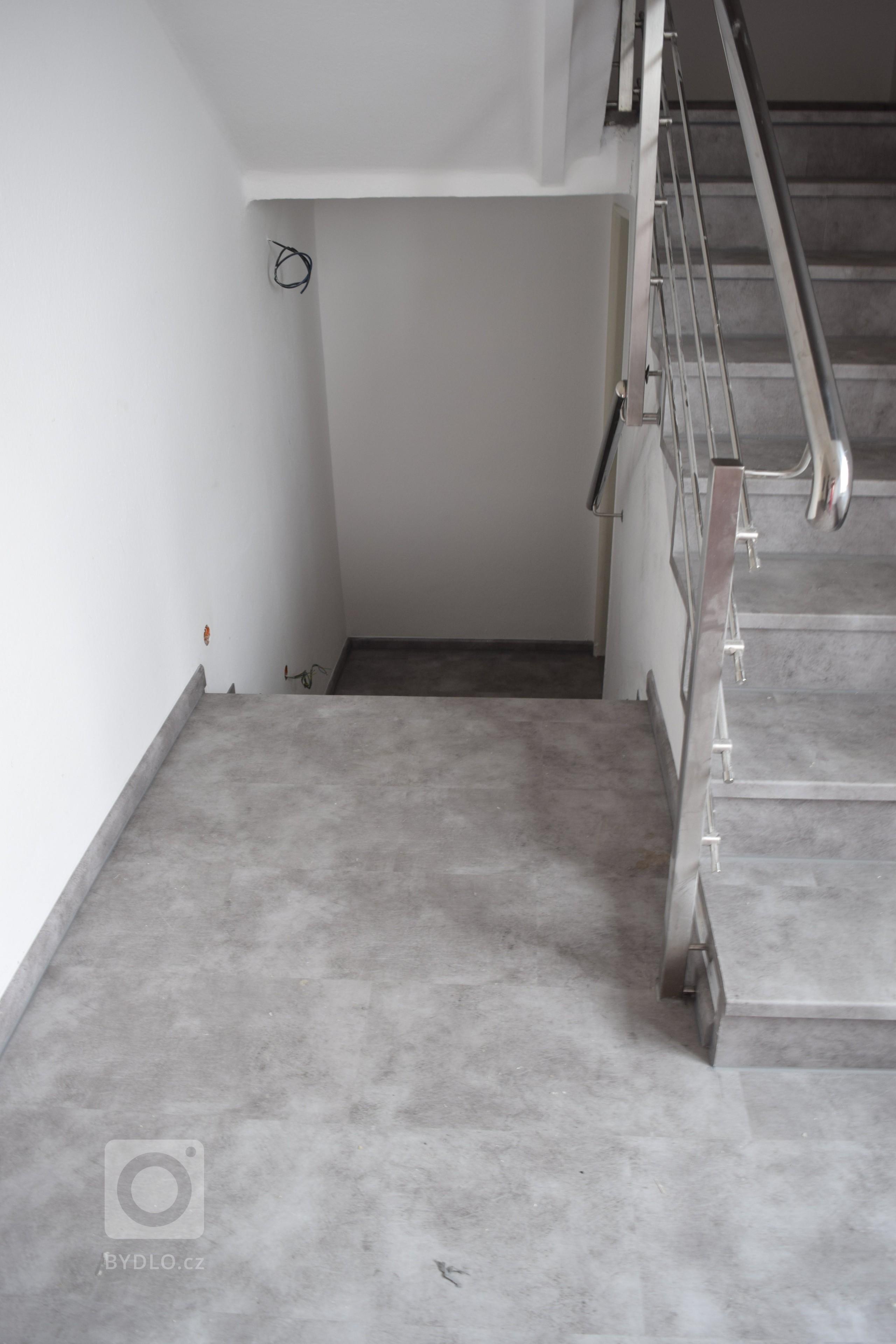 Po renovaci - nainstalovaná vinylová podlaha s imitací kamene - BUKOMA STONE CLICK - dekor Kámen šedý
