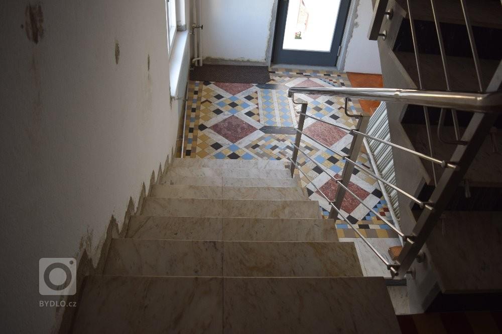Původní stav schodiště před renovací
