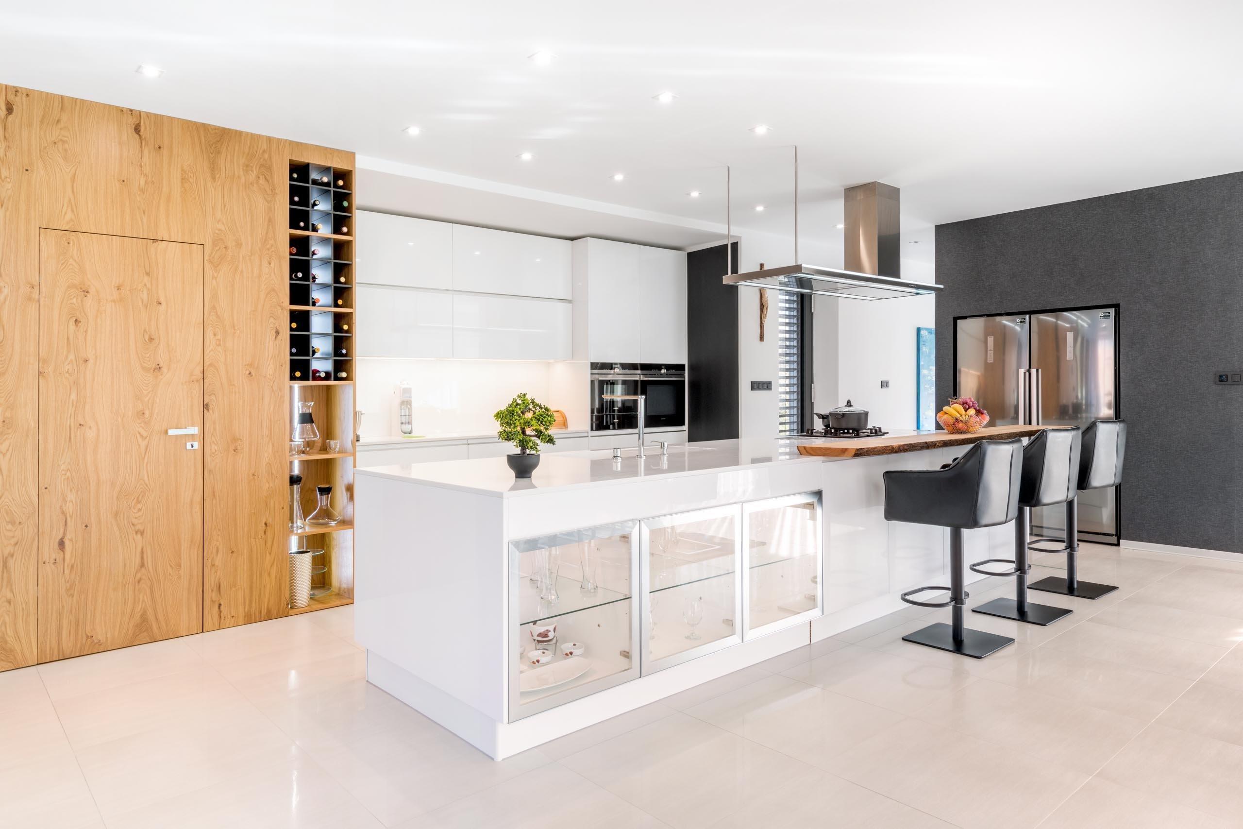 Velký prostor pro kuchyni je vždy výhra. Rozsáhlý kuchyňský ostrůvek má v této kuchyni několik využití. Vypadá skvěle, slouží k vaření, mytí, přípravě i pro…