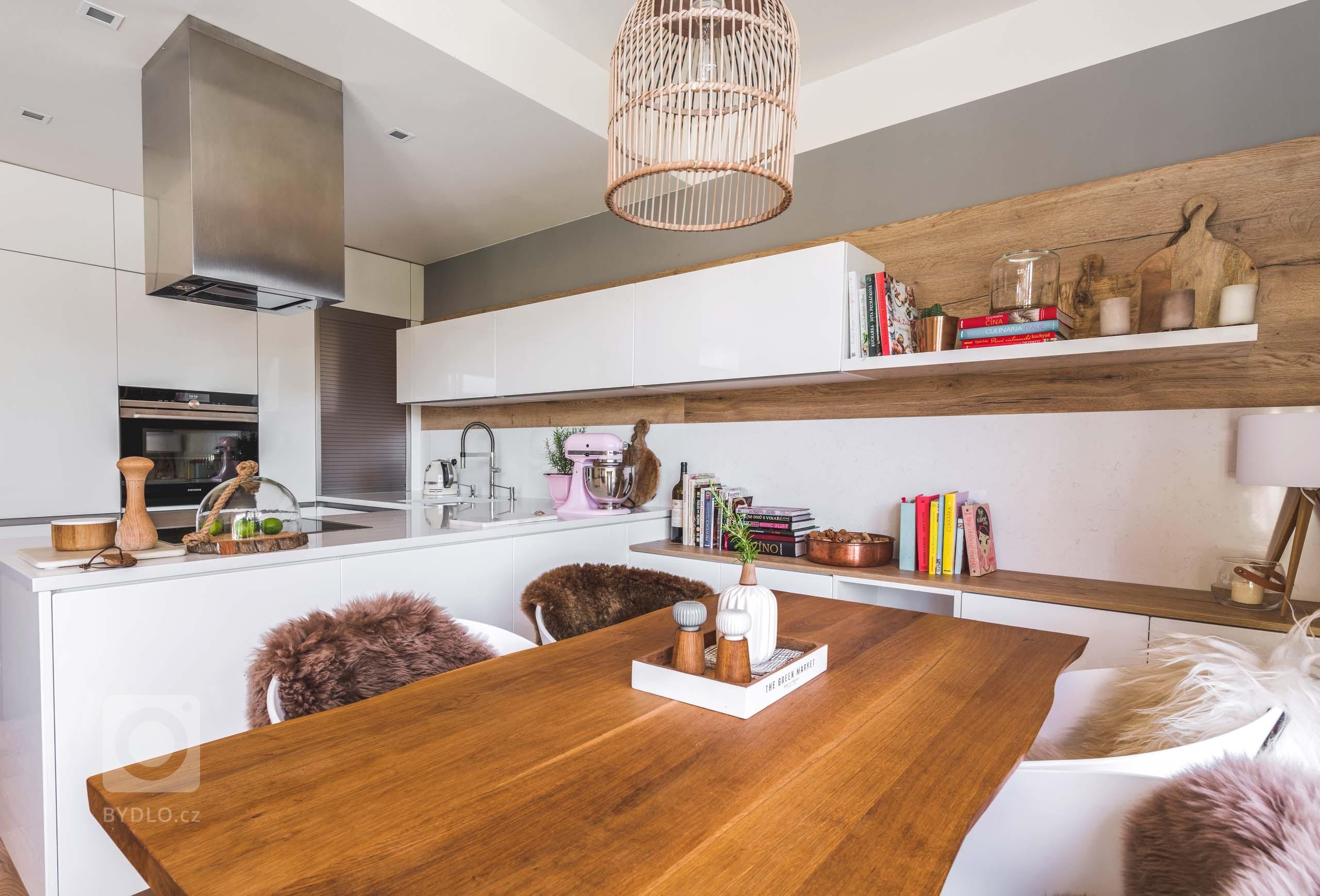 V kuchyni Top White Gloss se od první chvíle budete cítit jako doma. Vše je tu vyladěno přesně tak, jak to máte rádi. Vysoká potravinová skřín s výsuvem…