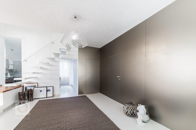 Minimalistická, vzdušná a čistá – takový byl požadavek paní majitelky na proměnu vstupní haly a koupelny v rodinném domě. Dominantním materiálem je sklo…