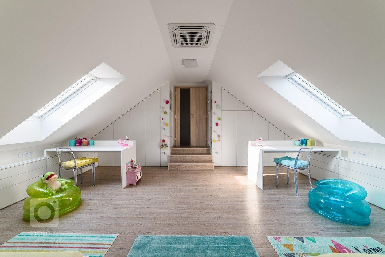 Prostorný slunný pokojíček je orientován na jih a je určen pro dvě holky – dvojčata. Podkroví nabízí dostatek místa pro hry i úložné prostory.…