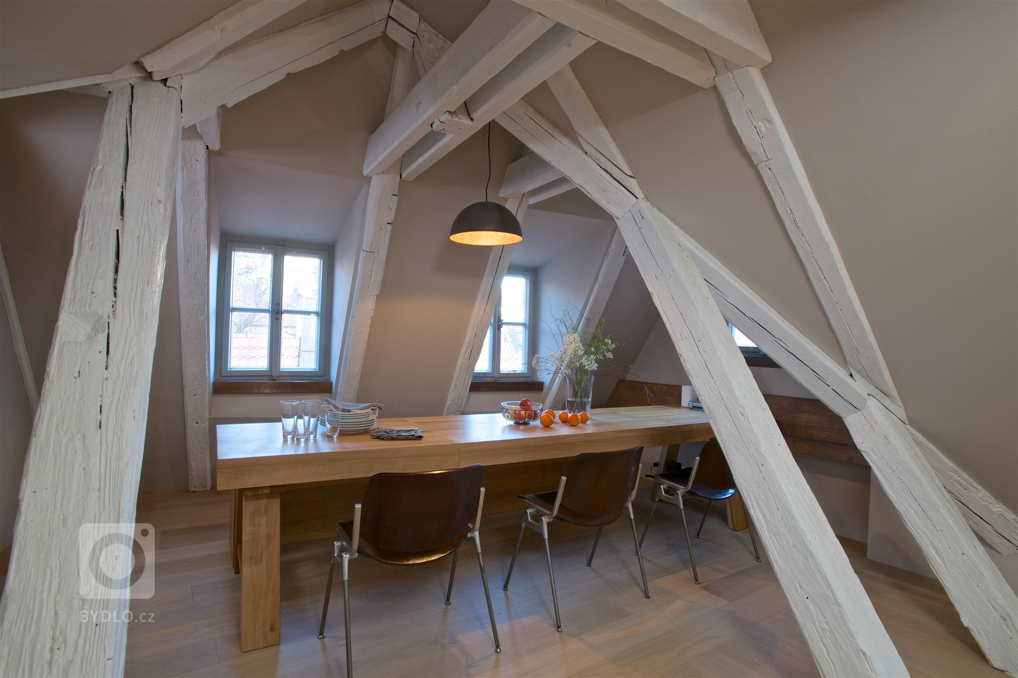 Rodiče se dvěma malými dětmi si přáli vytvořit na poměrně malé půdě plnohodnotný víkendový byt.  Cílem bylo daný prostor (vzhledem k jeho velikosti a omezení…