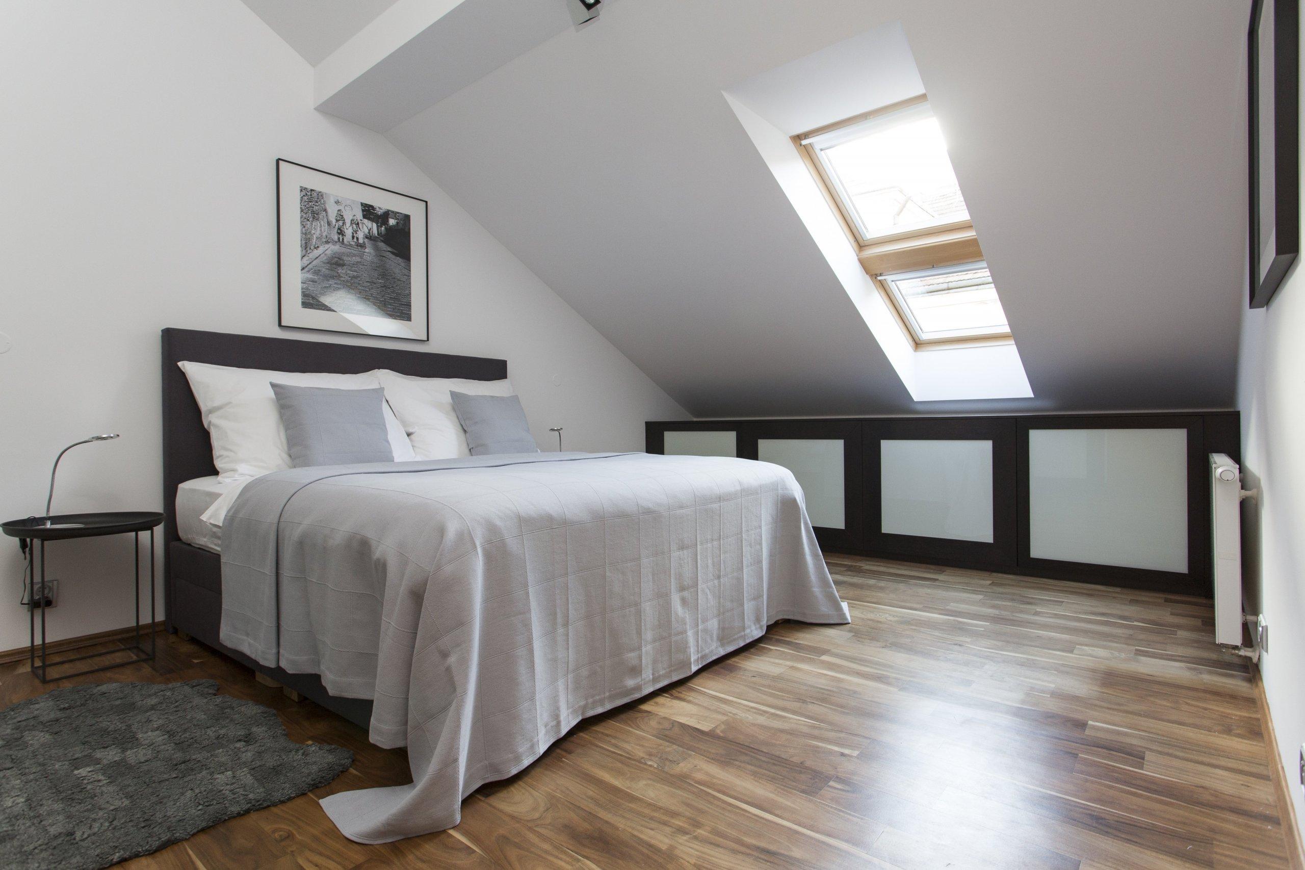 Jemný minimalistický interiér podkrovního bytu 3+kk v činžovním domě v Havelské ulici, Praha 1