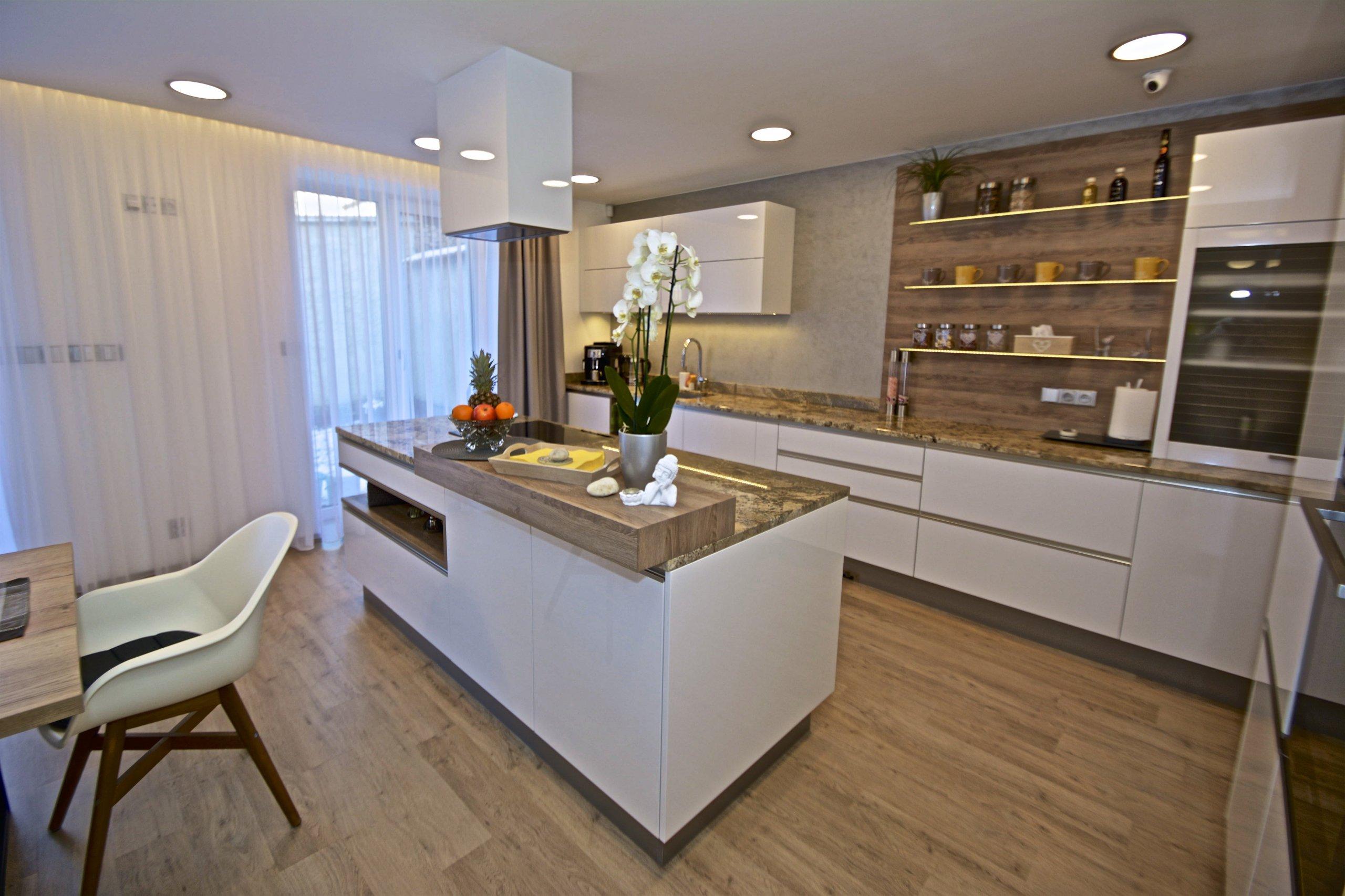 Mladý pár se pustil do složité rekonstrukce, ale pomocí nás a ateliéru ATAK jsme dům dovedli do dokonalosti. Co Vás může zaujmout je kuchyň, která je velmi…