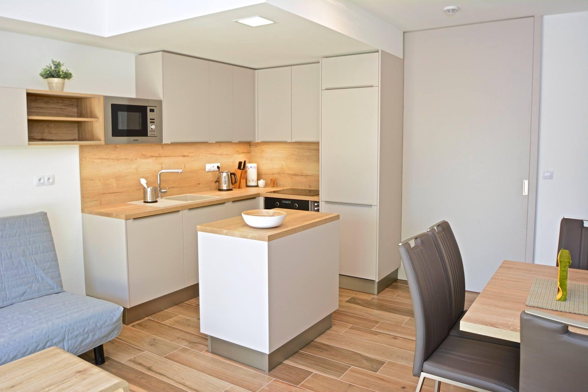 Představujeme kompletní interiér menšího bytu. Použili jsme kašmírové tóny, které jsme oživili zelenou barvou. Byt tak působí velmi jemně, teple a útulně.