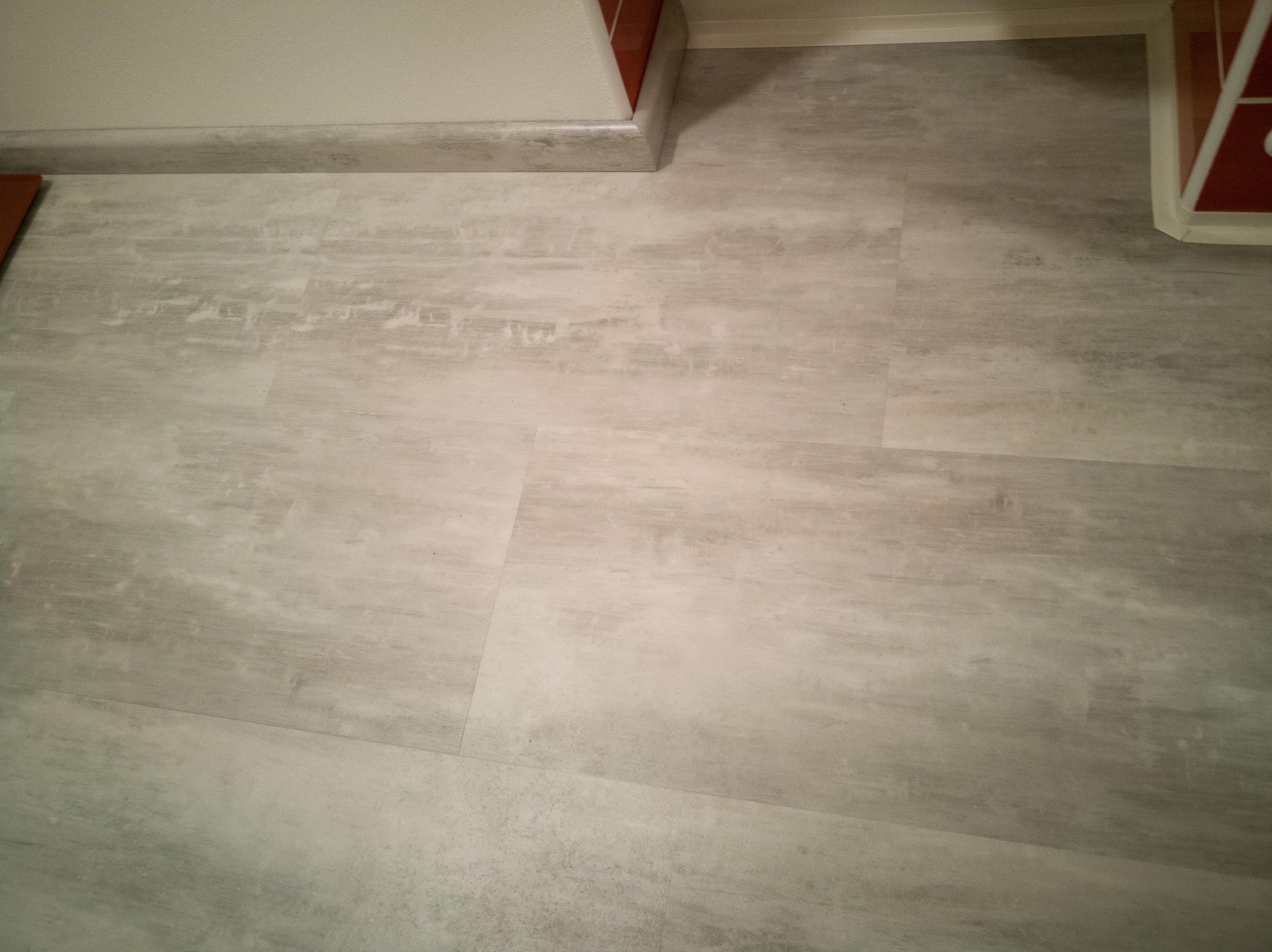 Další detail vinylové podlahy včetně soklové lišty se stejným dekorem jako podlaha