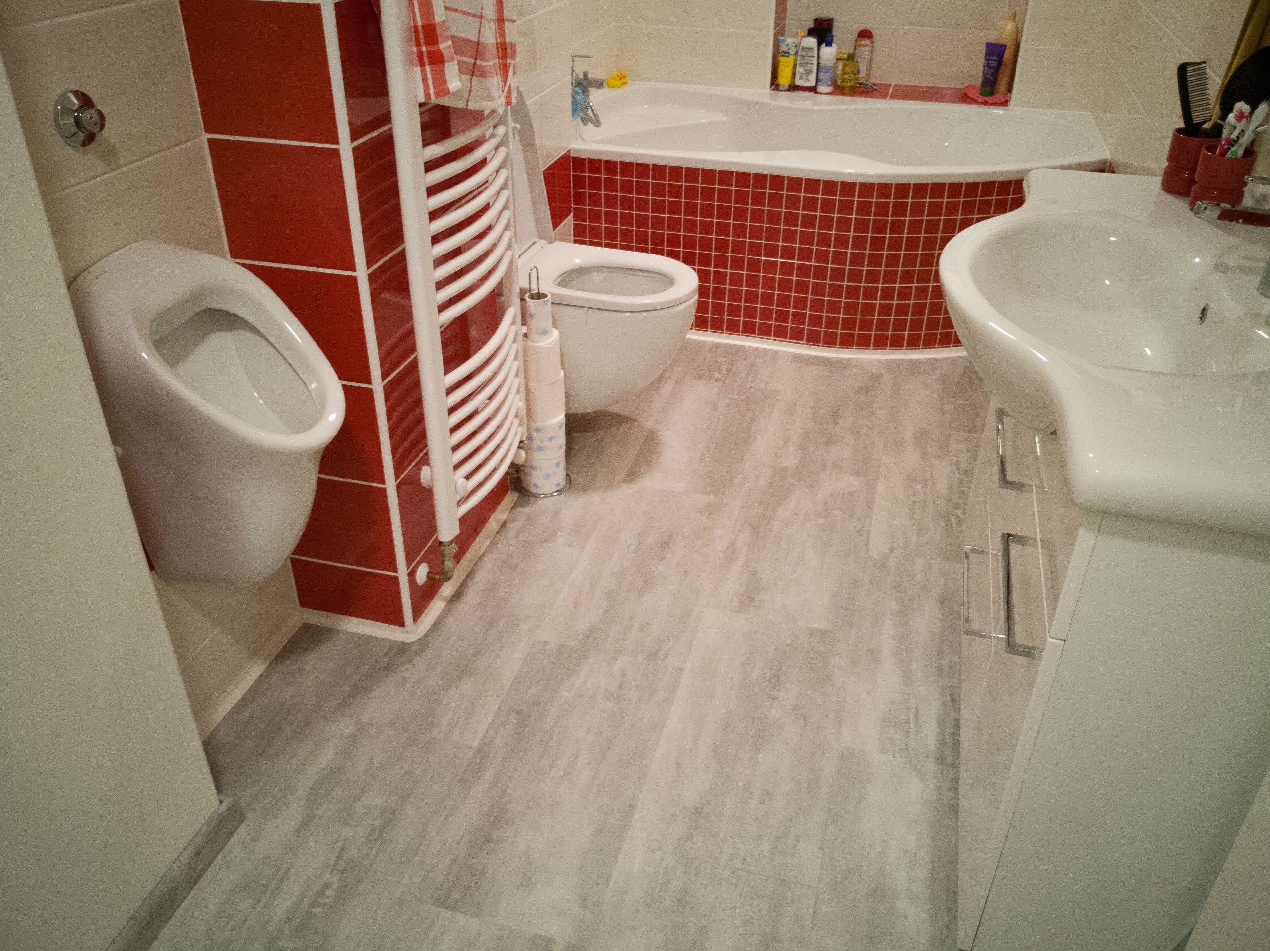 Kombinace keramických obkladů a vinylové podlahy přináší velmi vysoký uživatelský komfort