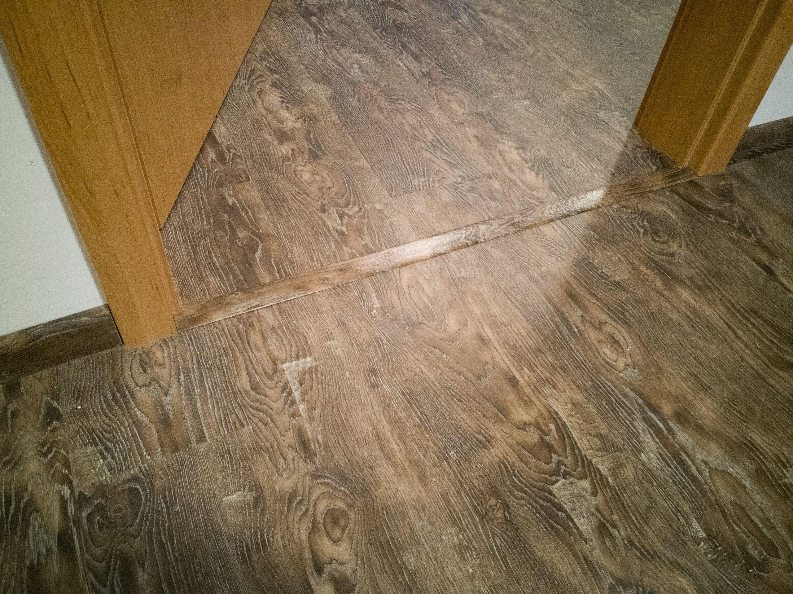 Když už někde přechodová lišta musí být, je ve stejném dekoru jako podlaha. Na detailu prostě záleží...