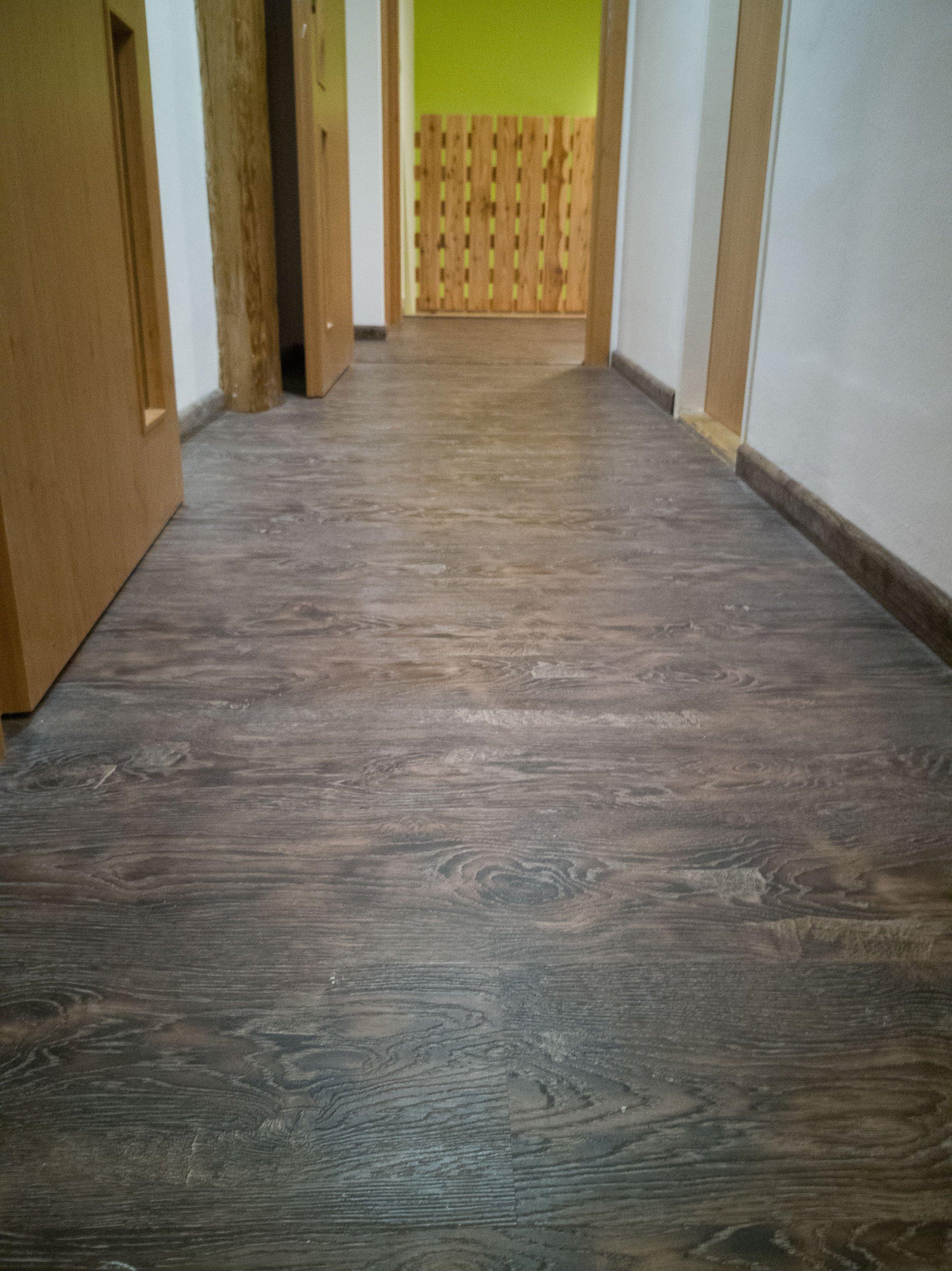 Stejný dekor podlahy je v celém patře, včetně chodby.