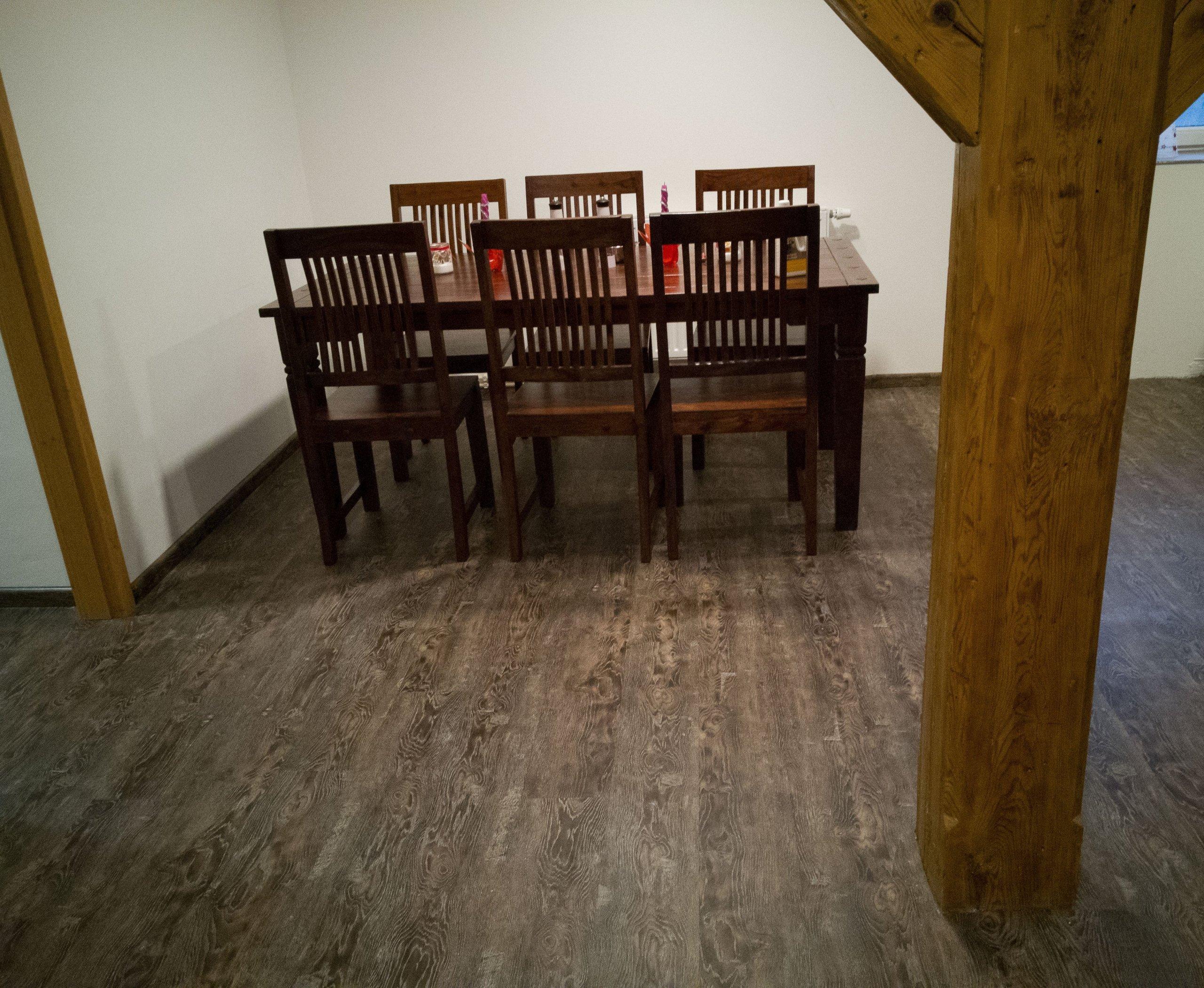 Zdařilá rekonstrukce domu s vinylovou podlahou BUKOMA PREMIUM CLICK dekor Dub Stoletý. Stejný dekor podlahy je v celém patře.