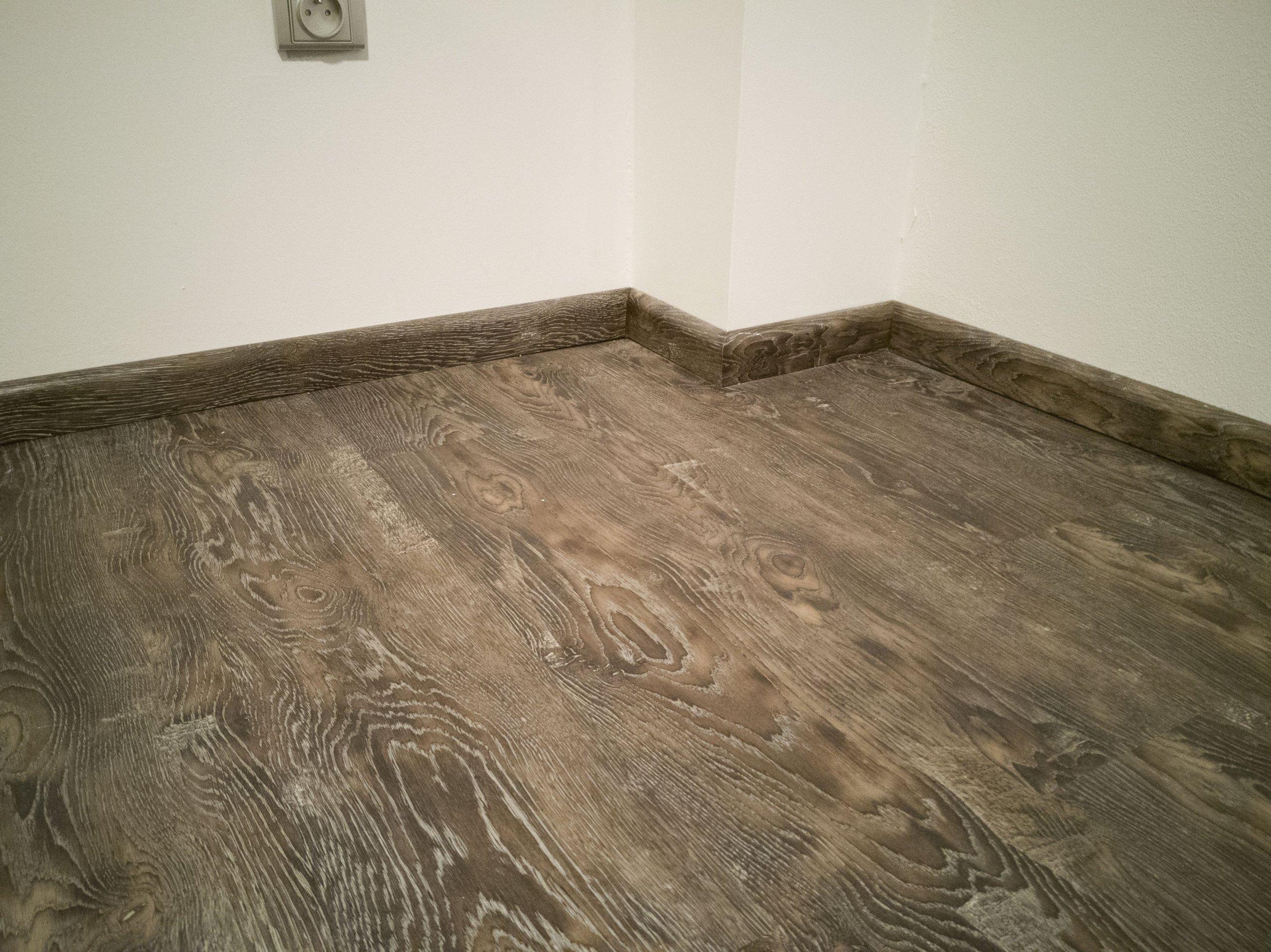 Soklové lišty se stejným dekorem jako podlaha.
