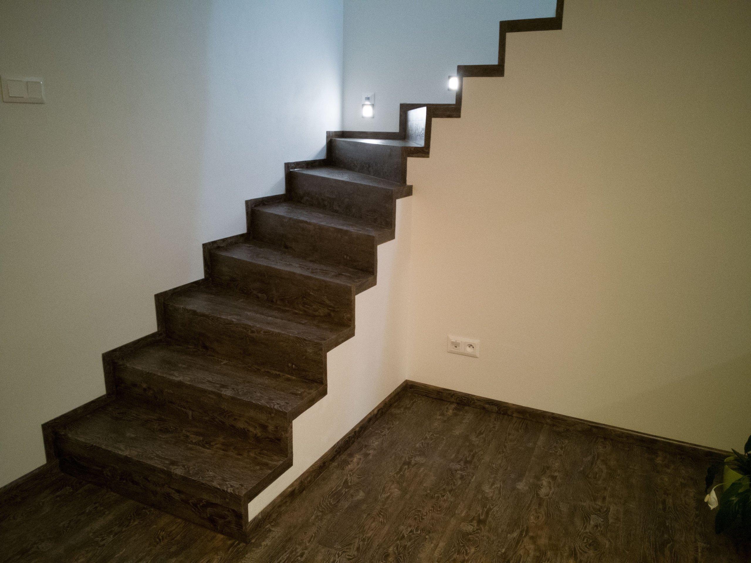 Točité schodiště z vinylové podlahy BUKOMA PREMIUM CLICK dekor dub Stoletý