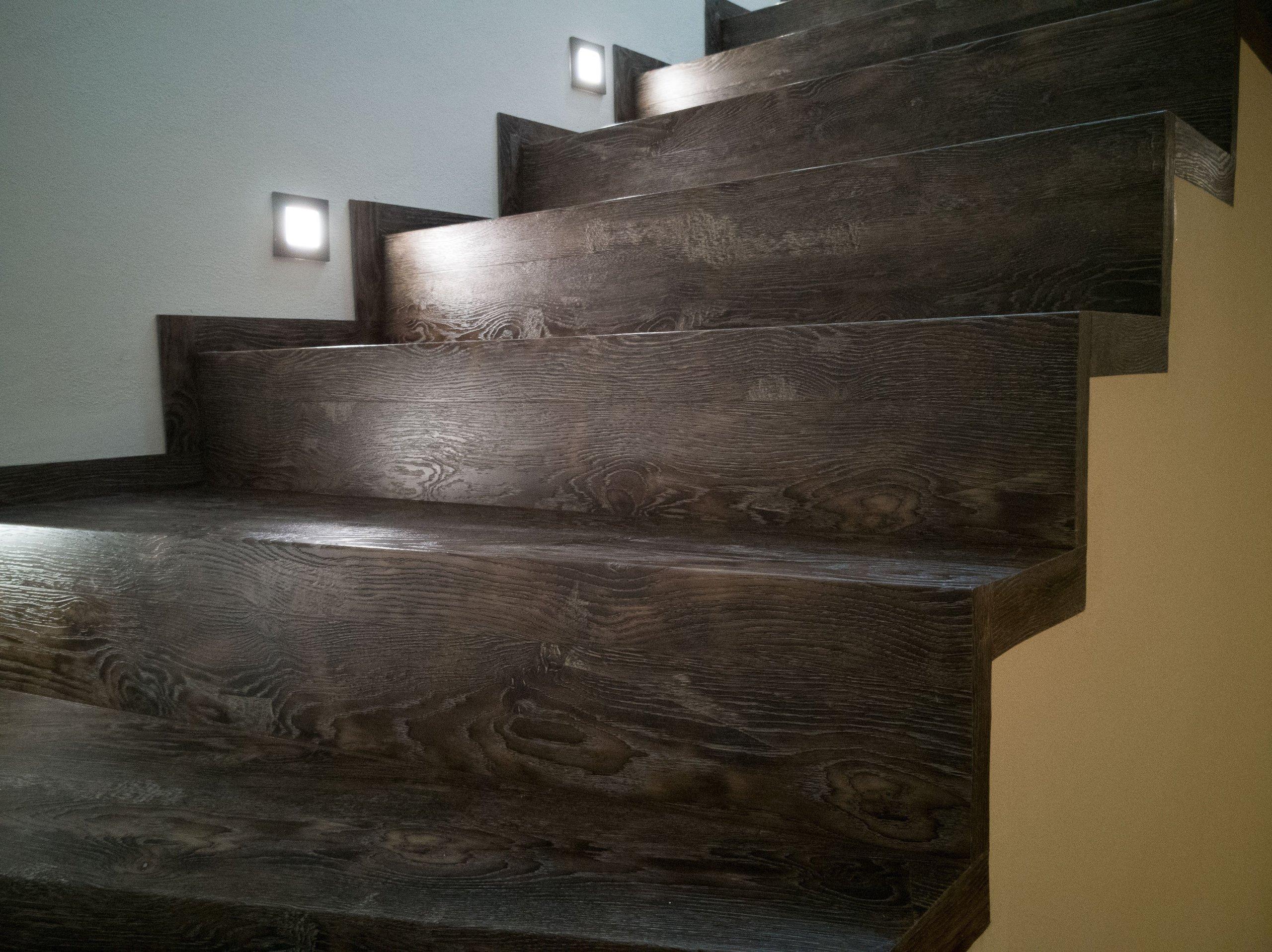 Detail schodiště z vinylové podlahy s osvětlením