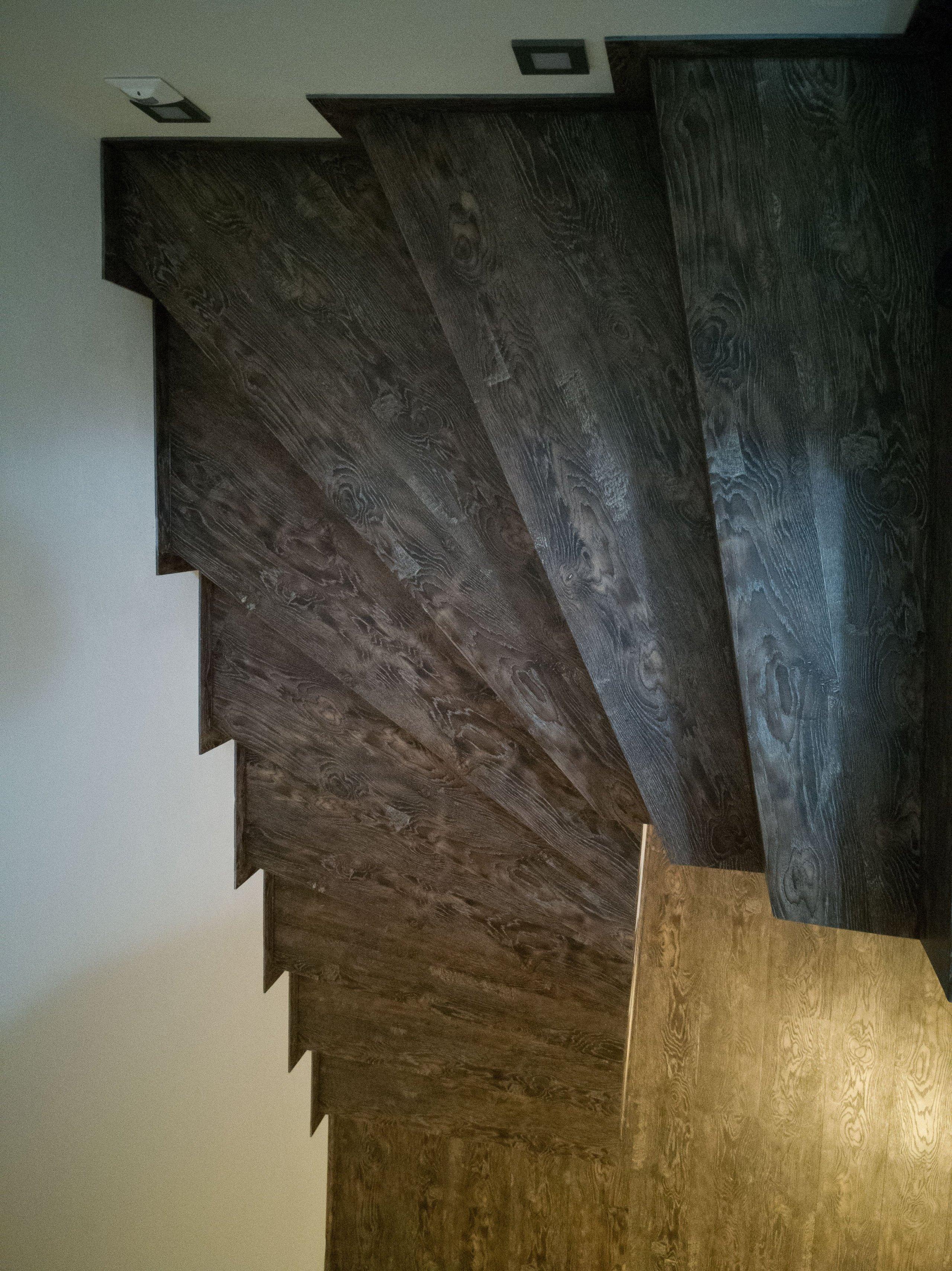 Pohled shora na točitou část schodiště