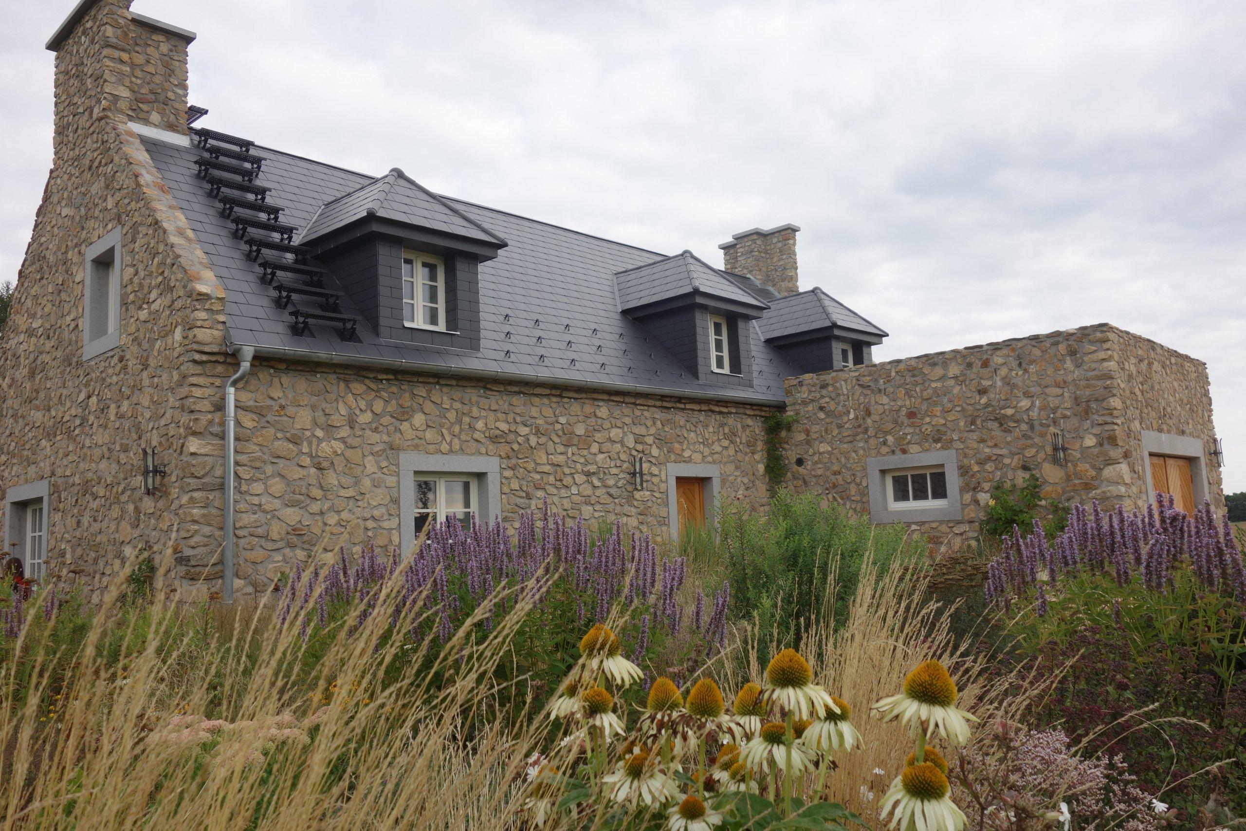 Zahrada byla navržena a zrealizována u novostavby krásného kamenného domu inspirovaného Bretaní. Svažité a lemující oblasti jsou pokryty lučním porostem.…