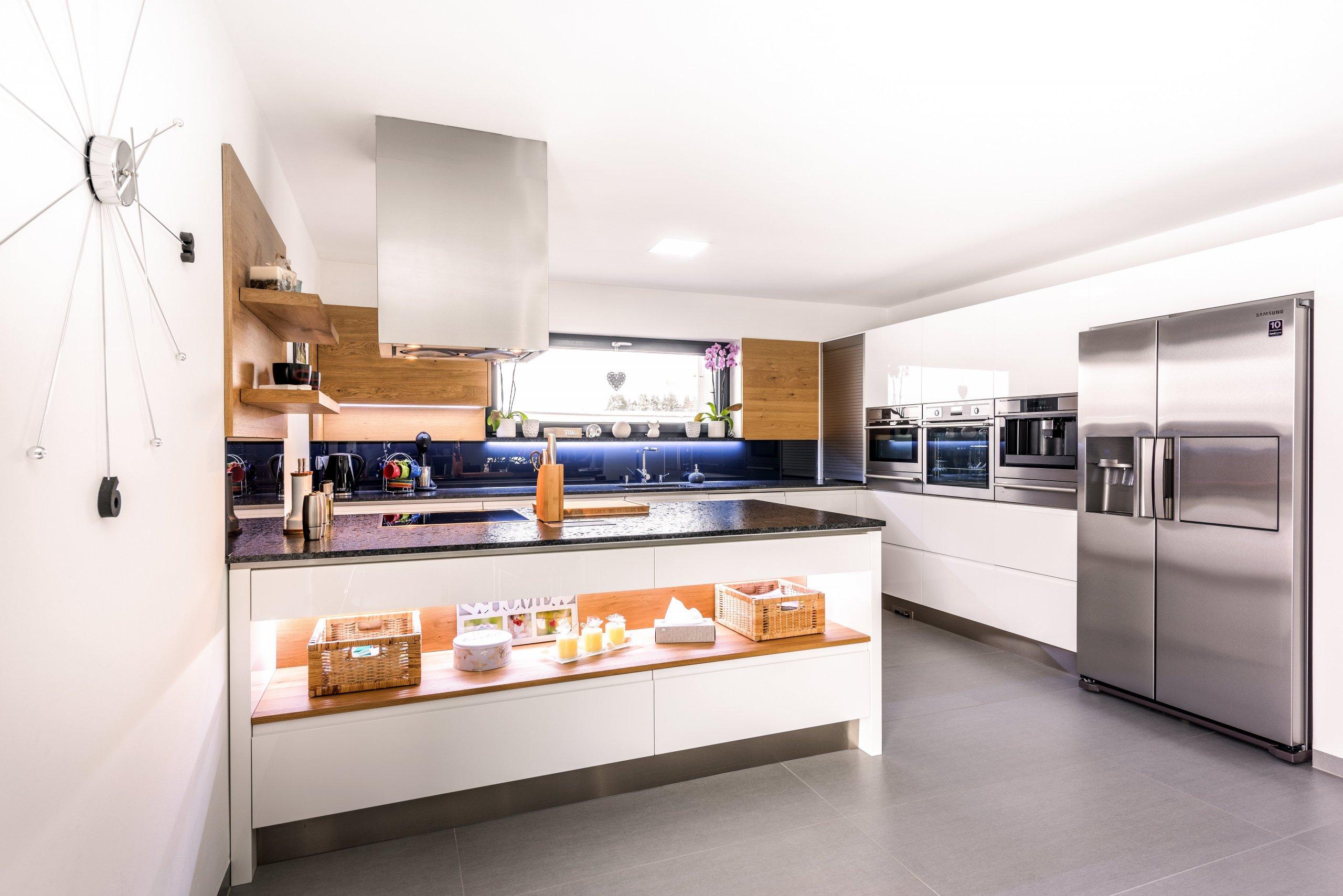 Kuchyně Purerozzaří i váš dům. Trojkombinace trouby, mikrovlnky a kávovaru v ideální obslužné výšce. Dvoukřídlá americká lednička přímo po ruce.&nbsp…