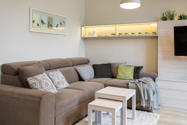 Obývací pokoj se zahrádkou pro starší manžele, kteří si pořídili pohodlné bydlení na léta zaslouženého odpočinku. Jejich přáním byla střídmost a jednoduchost.…