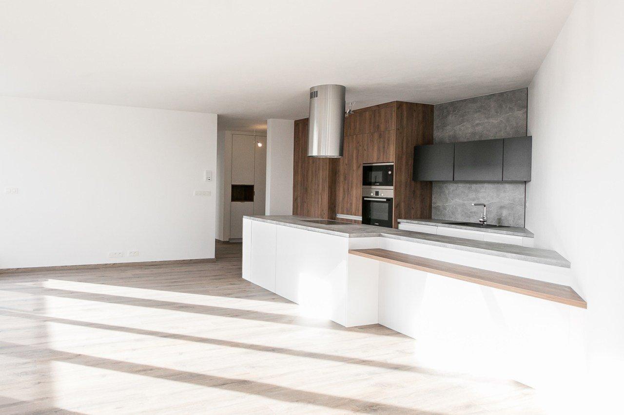 Túžite po nezvyčajnom byte?  Pozrite si našu realizáciu atypickej kuchynskej linky v krásnom presvetlenom byte so šikmými stenami.