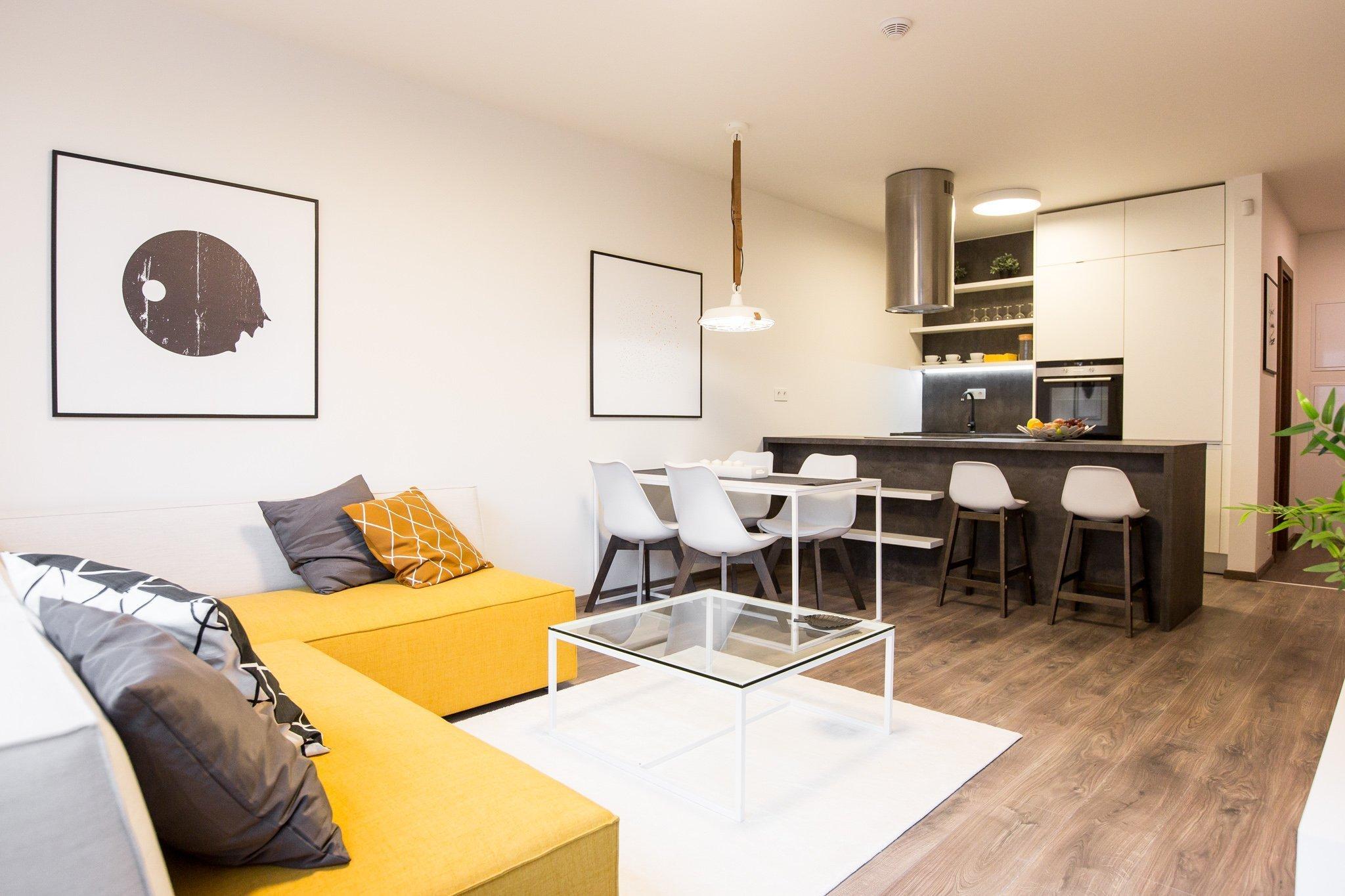 Realizácia 2-izbového bytu v projekte Malé Krasňany.  Overená kombinácia Bielej perleťovej a tmavého betónu.