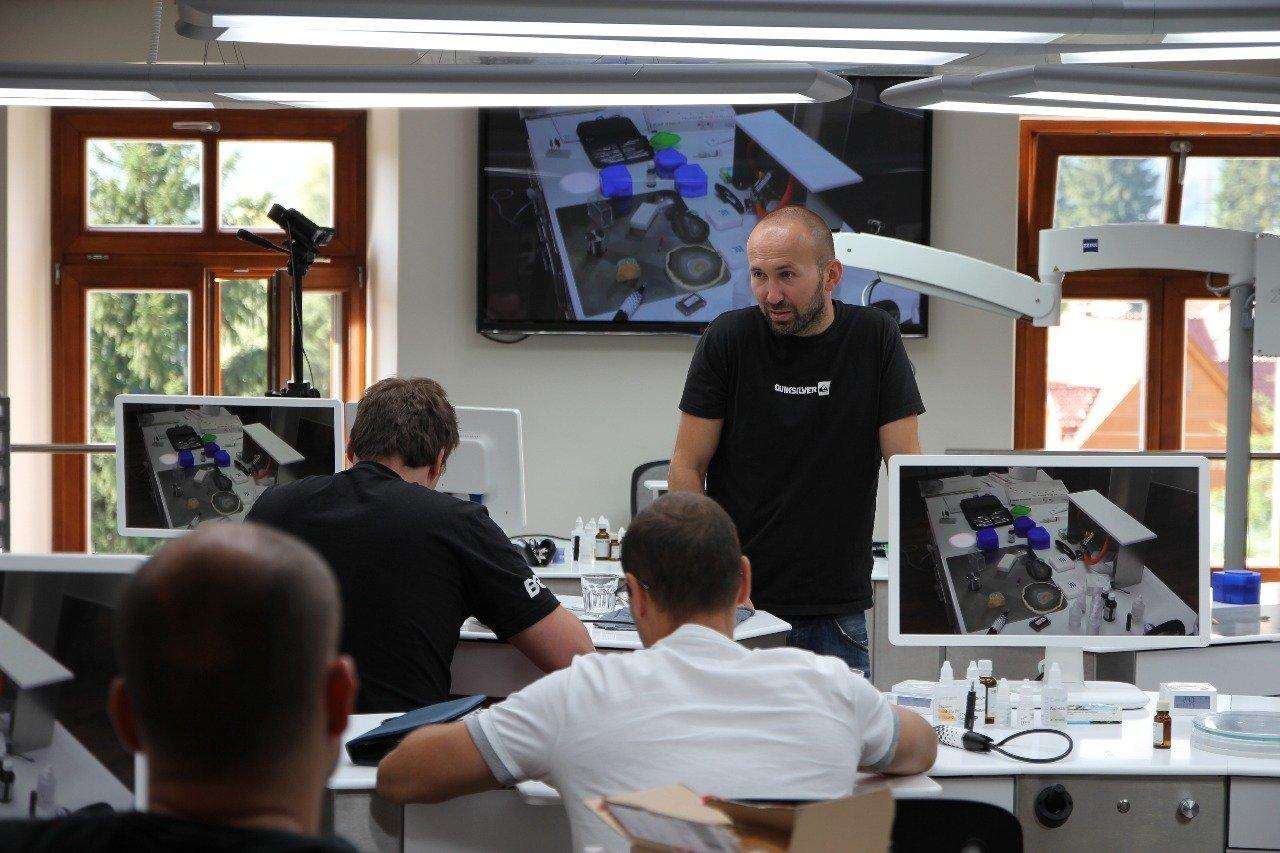 Návrh specialních stolú pro dentalní laboratoř. Specialní stoly s vyspělou technologii. Design a vývoj Milan Sobotík.