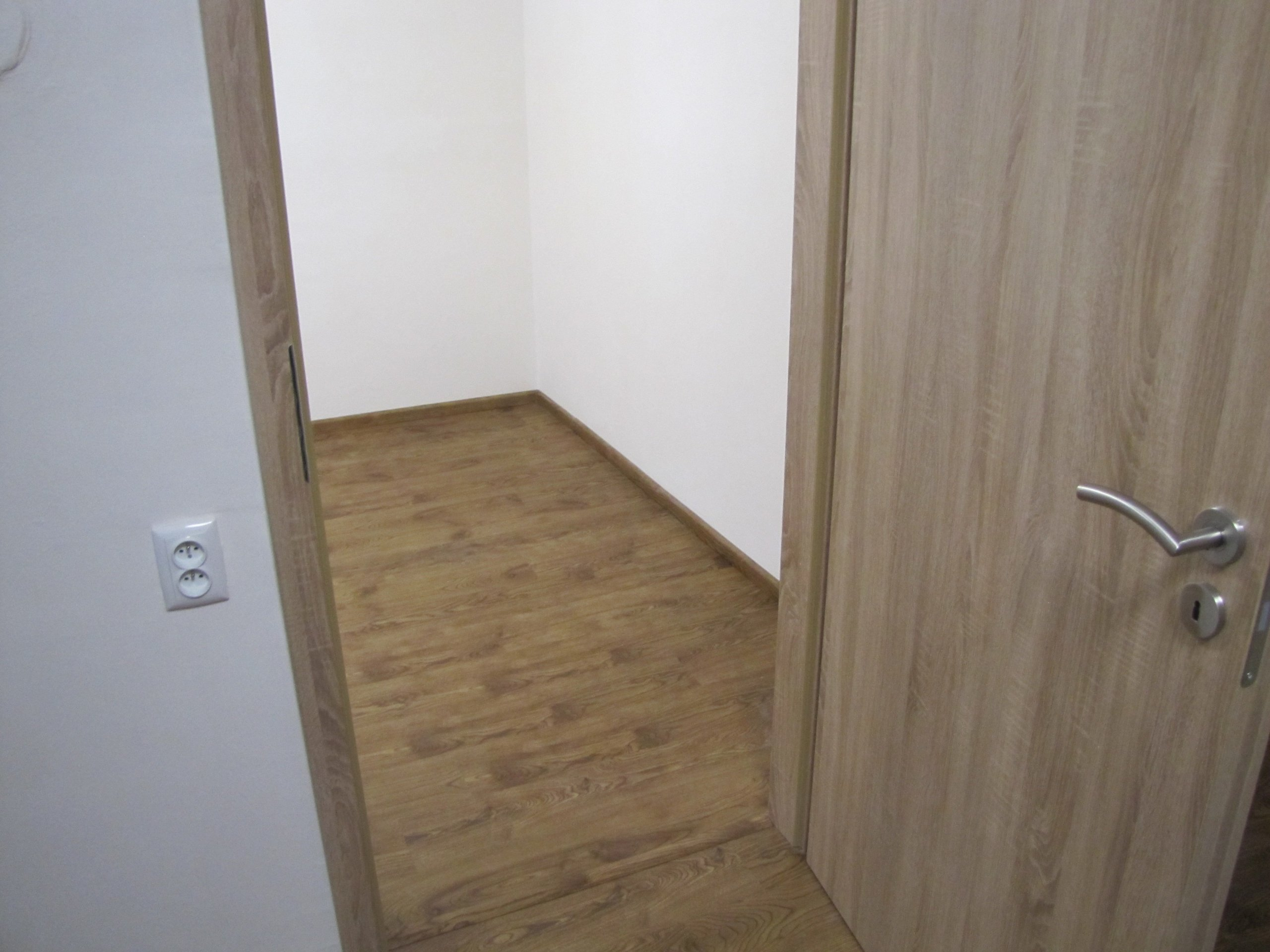 Vinylová podlaha doplněná přechodovou lištou v dekoru podlahy