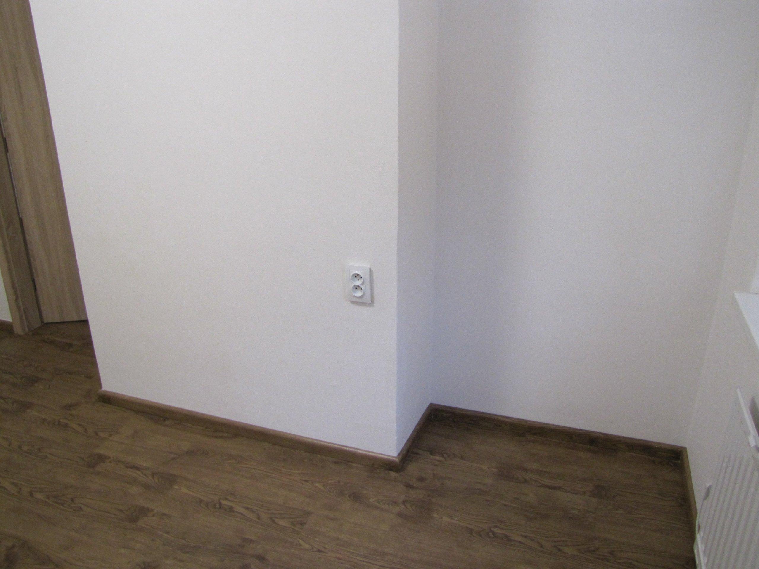 Vinylová podlaha doplněná soklovými lištami v dekoru podlahy - BUKOMA PROFI-60
