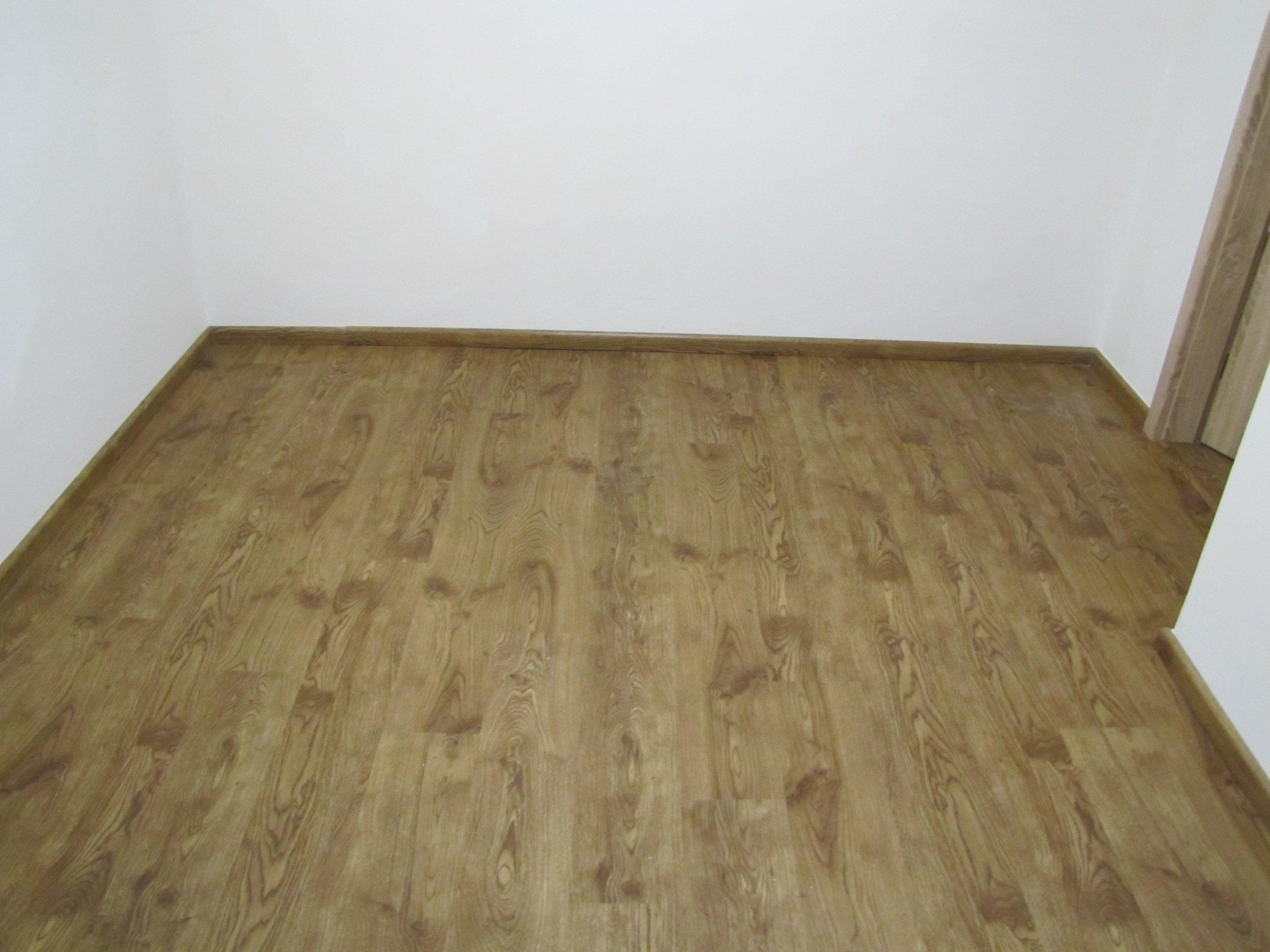 Místnost s vinylovou podlahou BUKOMA CLICK dekor Dub Pireus Natural - vyfoceno s využitím umělého osvětlení