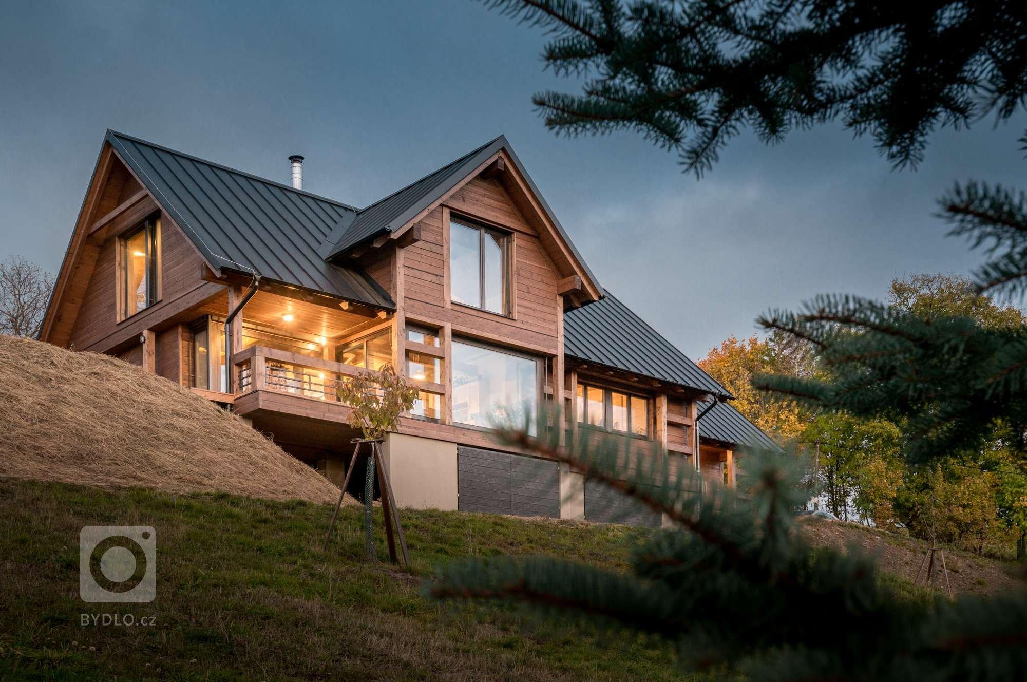 Rodinný dům na nejvýše položeném pozemku v rodné vsi si Eliška s Milanem postavili ve stylu odlehčeného chaletu, navržen a postaven do českých kopců. Vypadá…