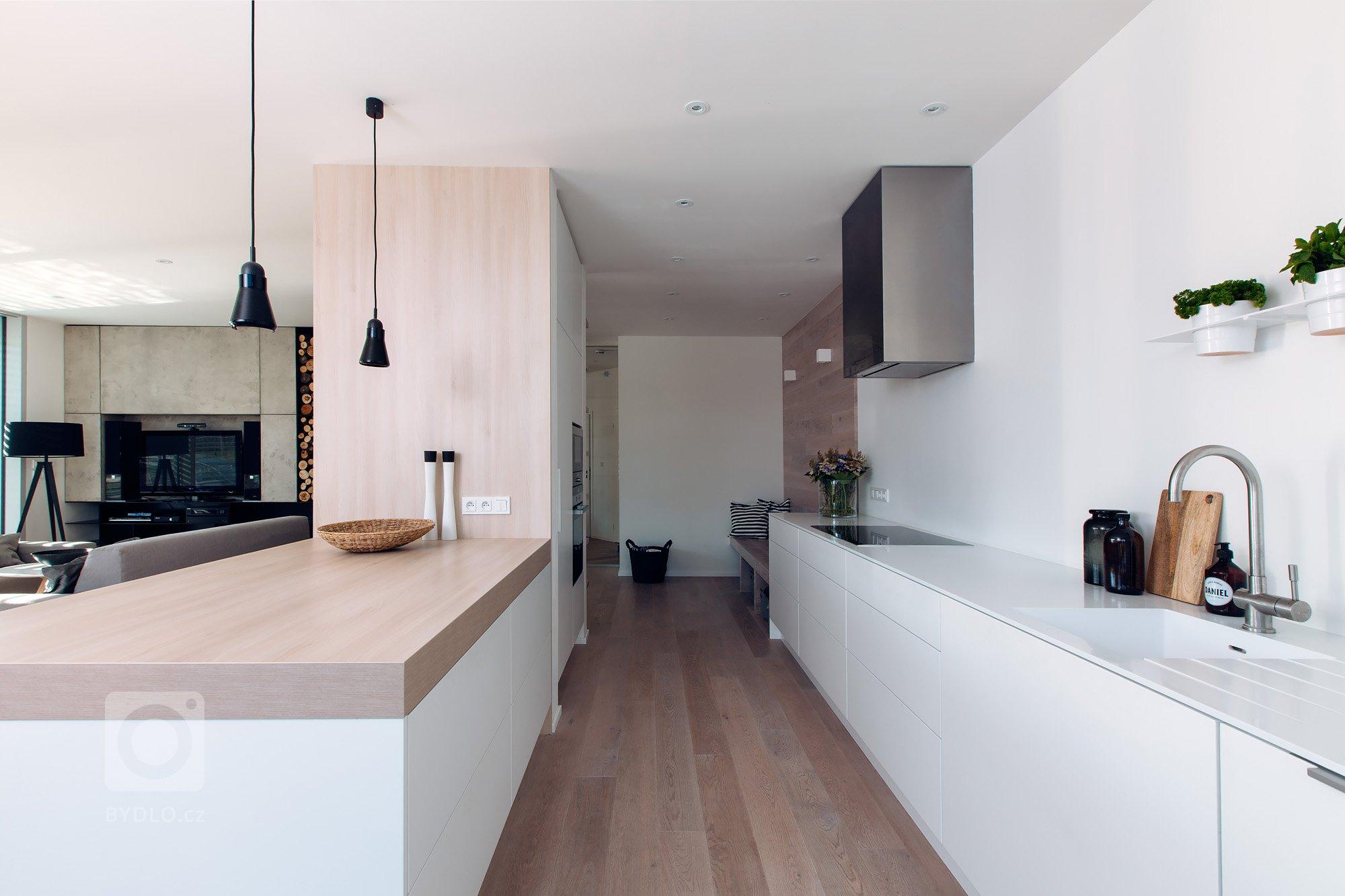 Architekt dává prostoru logiku, funkčnost a využitelnost a apeluje na jeho zážitkové a estetické kvality. Je jediným ze zúčastněných (řemeslníci, instalatéři,…