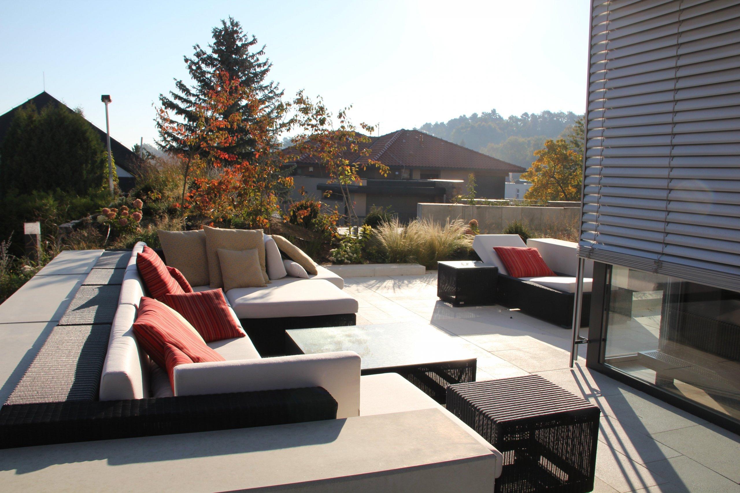 """Výsadba keřů tvoří """"pomyslná záda"""" posezení, zároveň umožňuje dlouhé výhledy do okolí. Obzvlášť působivé jsou na podzim, kdy se listy rostlin vybarvují do odstínů červené a žluté a zahrada je tak barevně vyladěna do posledního detailu."""